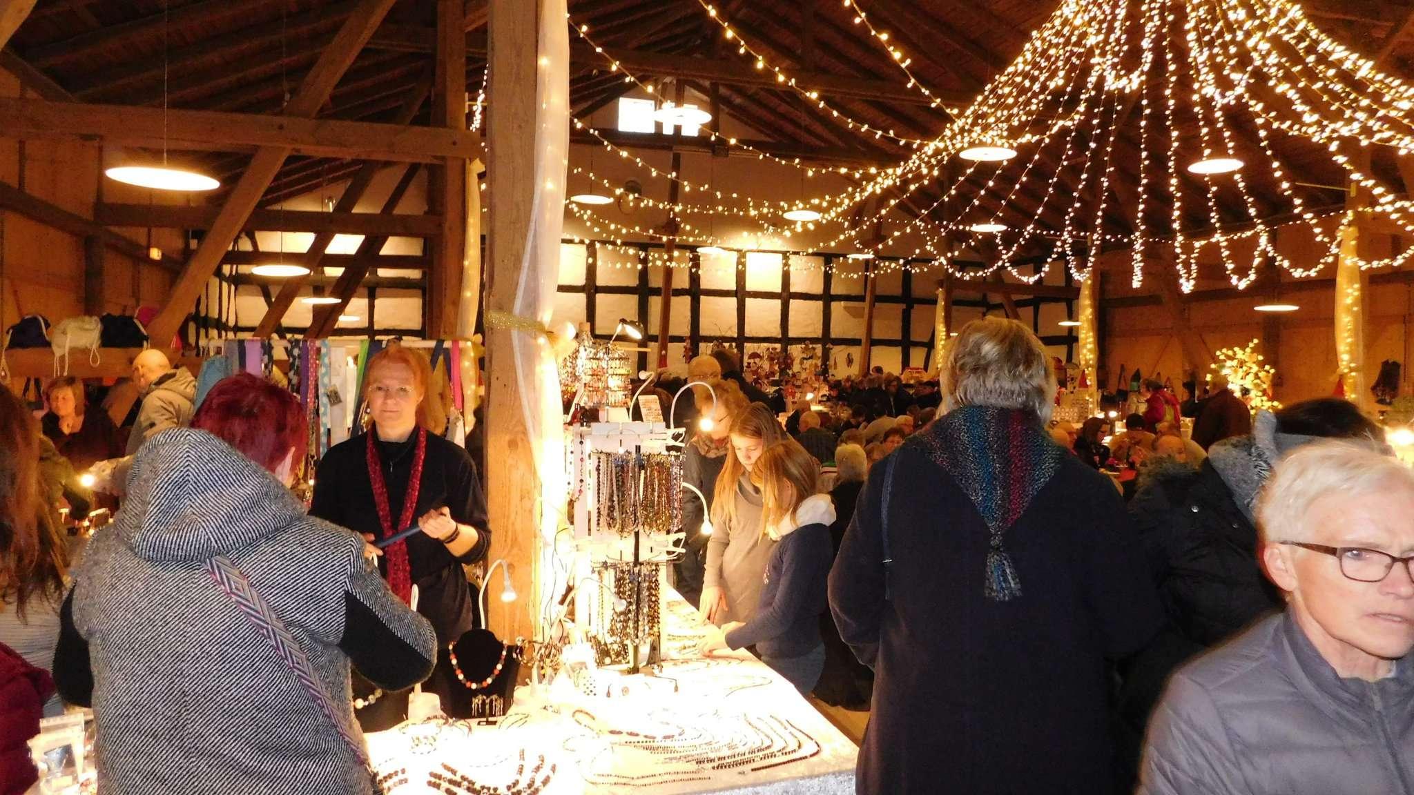 Die stimmungsvoll erleuchtete Scheune war Anziehungspunkt des Böterser Weihnachtsmarktes.