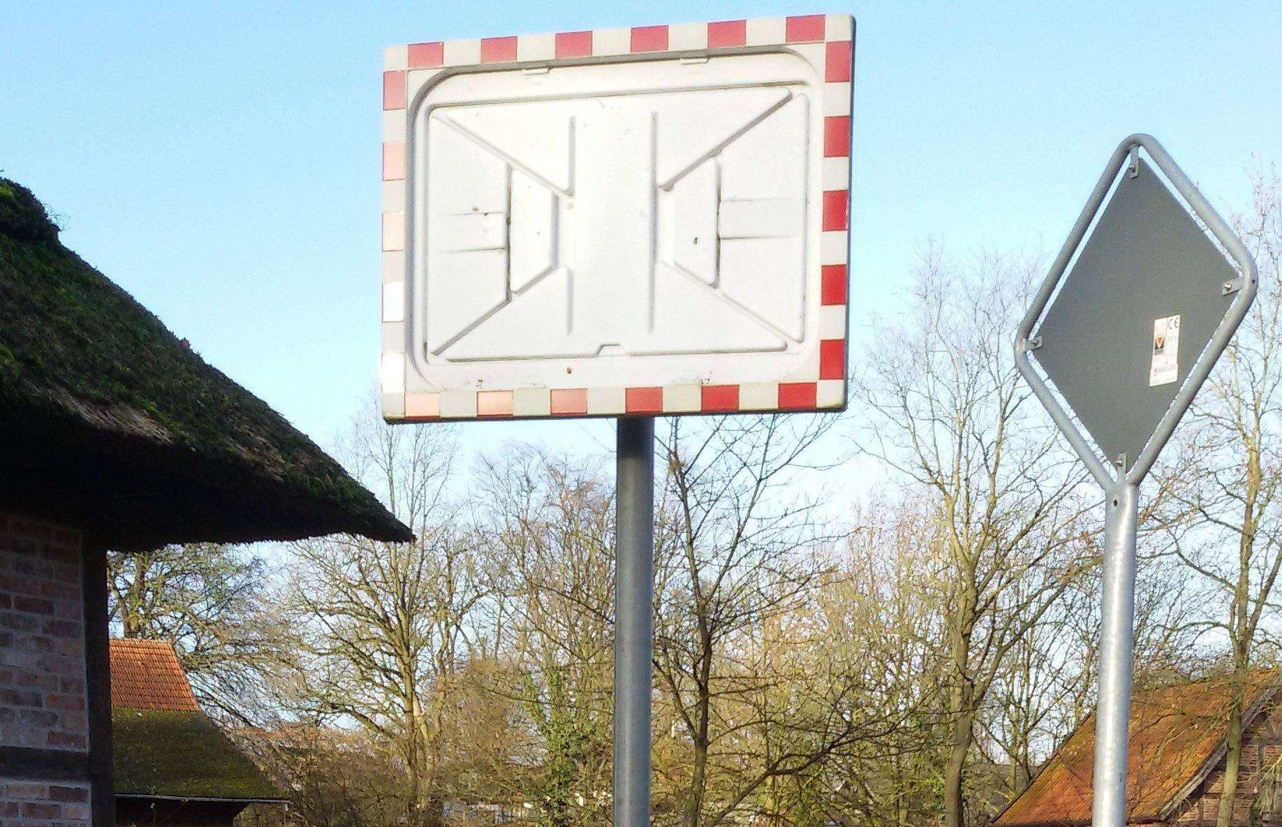 Unbekannte haben per Steinwurf einen Verkehrsspiegel in Ahausen zerstört.