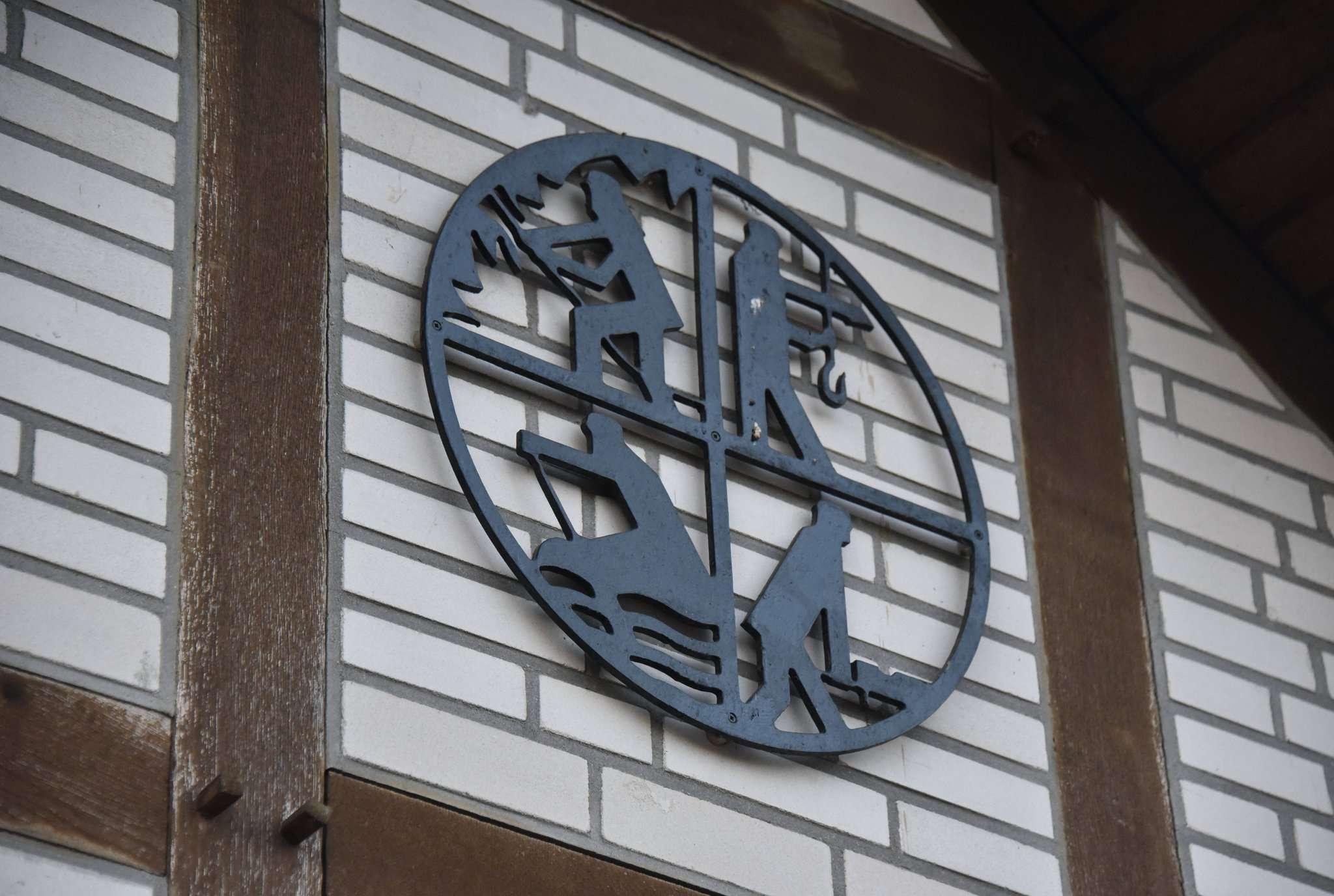 Das Feuerwehr-Signet an der Fachwerk-Front des Kalthauses in Hellwege. Einige Bürger treibt die Sorge um die Zukunft des Gebäudes um.