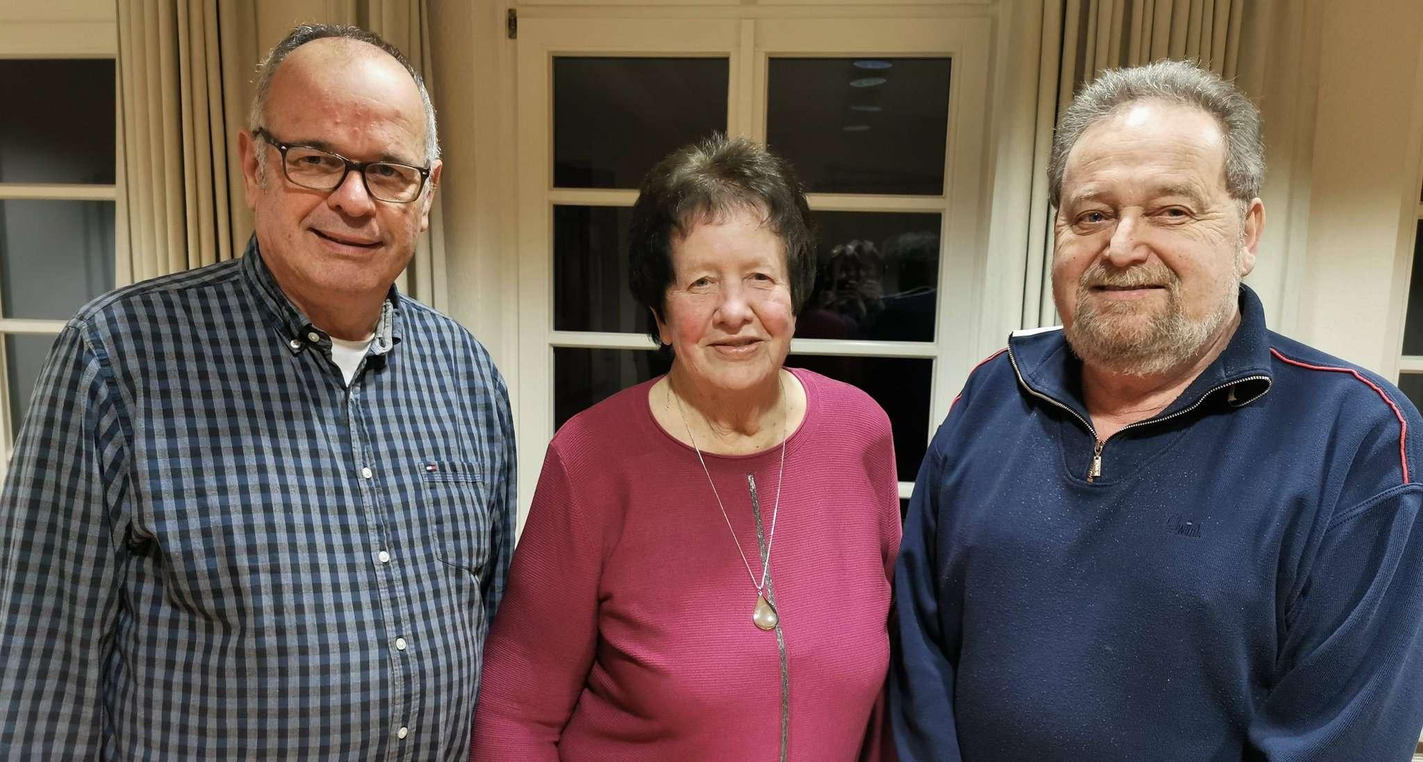 Gemeinsam zeigten Hans Hastedt, Geschäftsführer des DRK-Kreisverbandes (von links), Horstedts Vorsitzende Ursel Lohmann und Mulmshorn Manfred Holsten den Horstedter DRK-Mitgliedern den Weg auf.