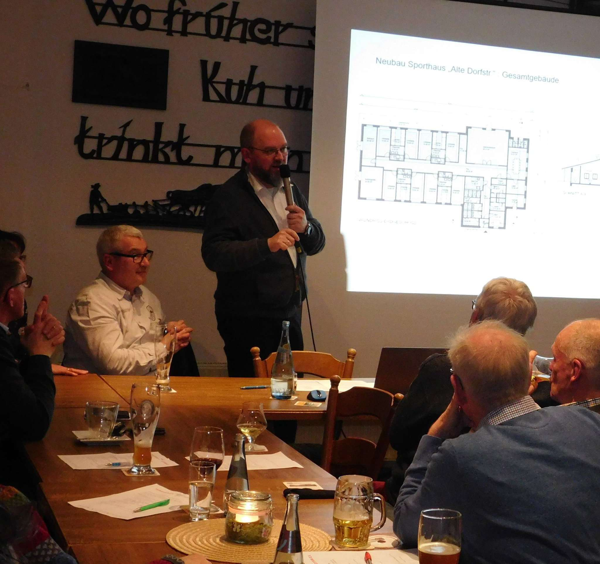 Vorsitzender Jörn Leiding stellte dem TV Sottrum während der Jahreshauptversammlung den Entwurf für das Sporthaus vor.