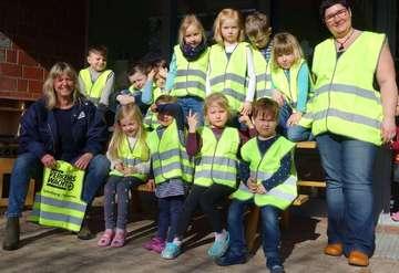 Verkehrswacht übergibt Signalwesten an Kinder