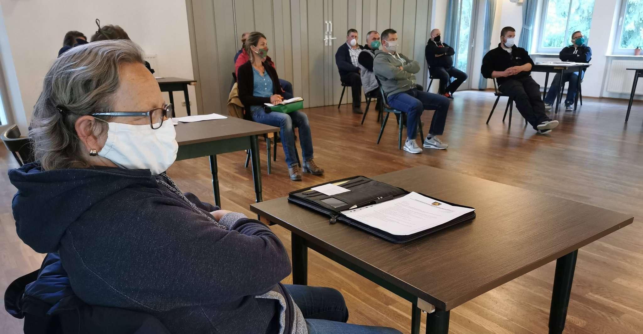 Ratssitzung in Zeiten von Corona. Auf Wunsch von Bürgermeister Michael Schröck trugen alle Ratsmitglieder und Bürger Mund- und Nasenabdeckungen.