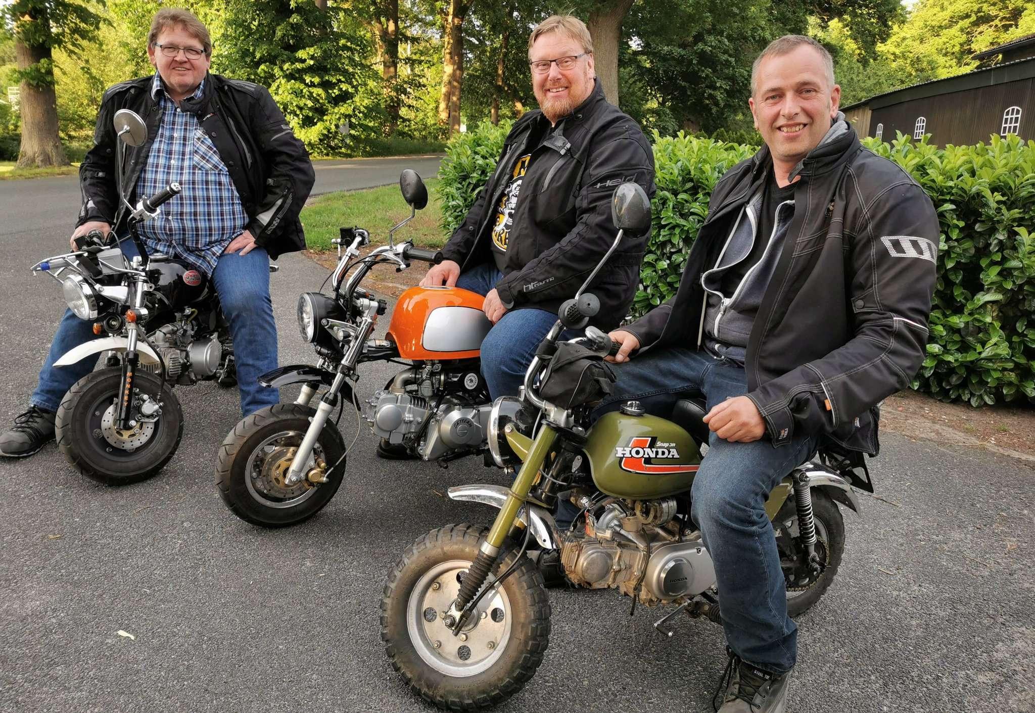 Jens Böhnke (von links), Volker Weiß und Mirko Scharlock auf den Mokicks, mit denen sie nach München gefahren sind.
