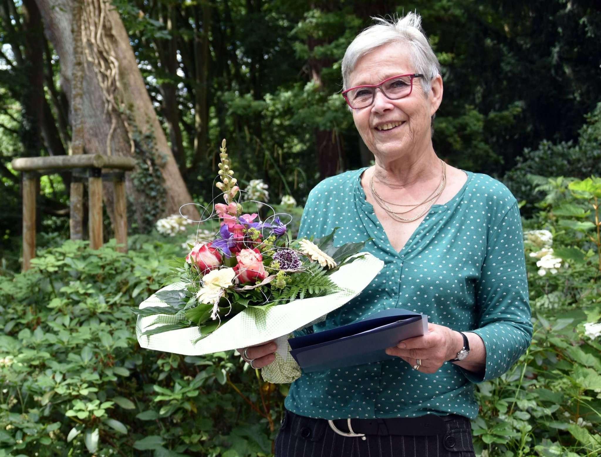 Zur Auszeichnung durch Landrat Hermann Luttmann gab es für Brigitte Mintenbeck noch einen Blumenstrauß dazu.