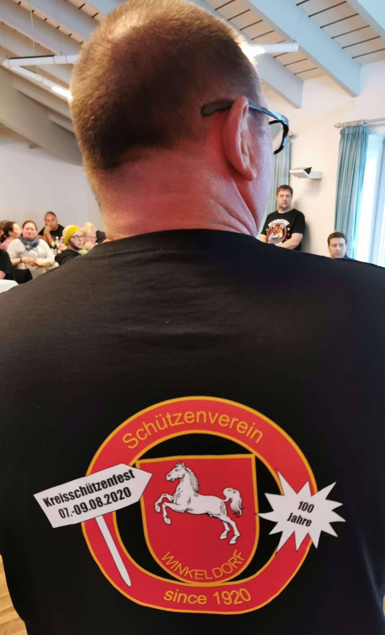 Schon 2019 hatte Manfred Romer das T-Shirt des Orga-Teams für das Kreisschützenfest präsentiert