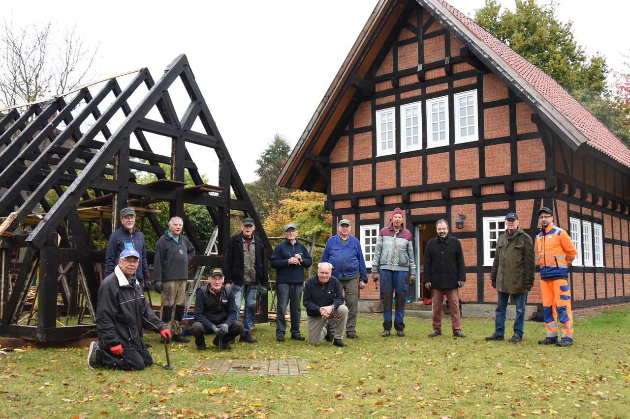 Für ein Gruppenfoto ist eine kurze Pause drin, ansonsten haben Heimatverein und Helfer alle Hände voll zu tun.