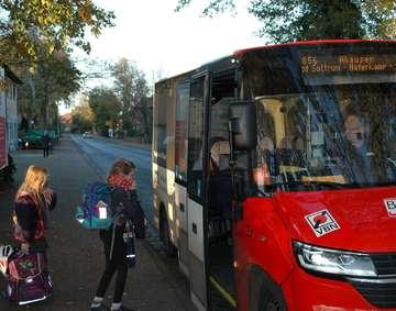 Der Bürgerbus bringt zwei Schwestern vom Hort nach Hause  Von Jens Lo�s