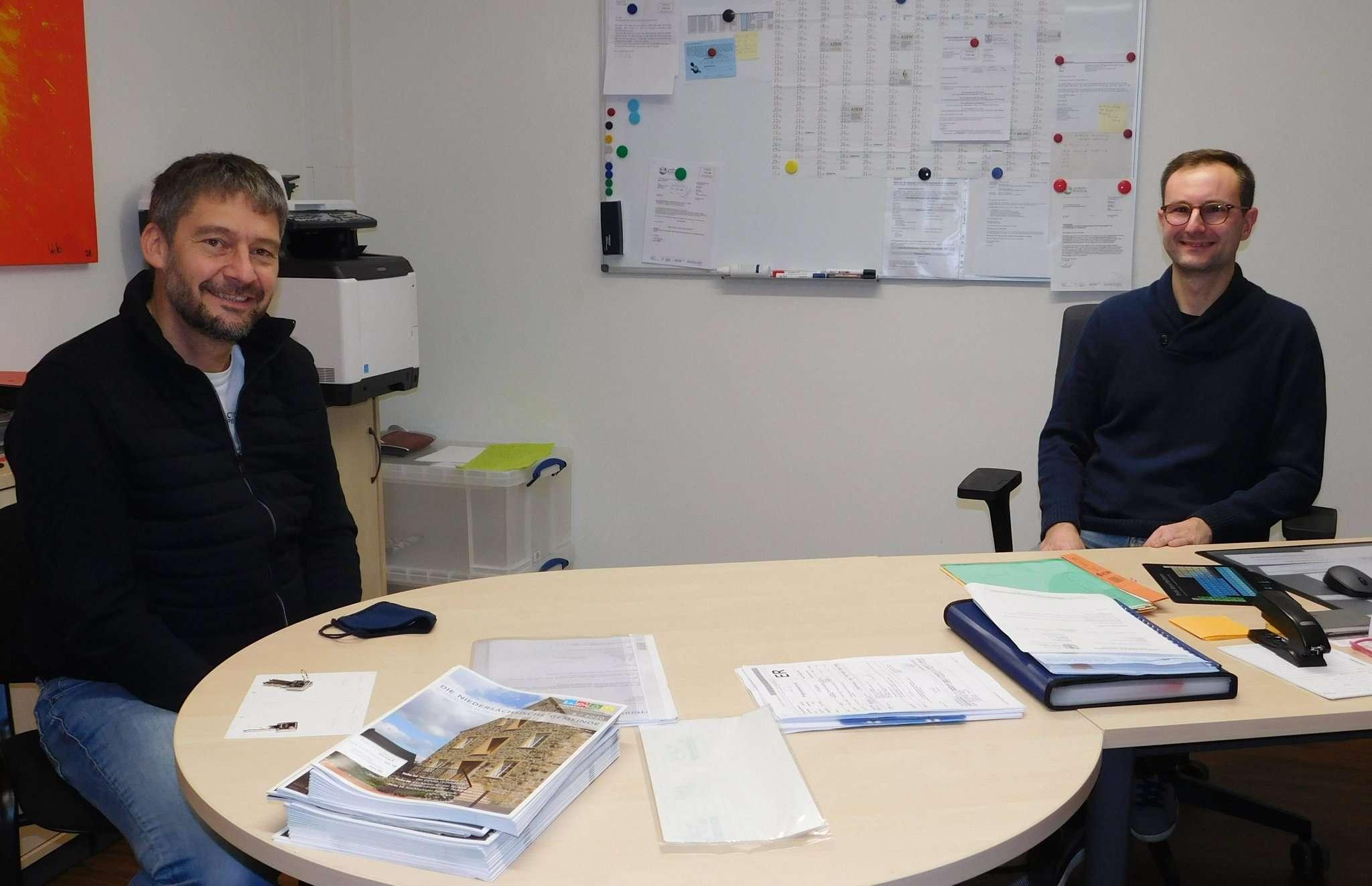 Marco Körner (links) gibt den Staffelstab an Julian Loh weiter: Letzterer ist nun für die verbleibende Amtsperiode Bürgermeister von Reeßum.