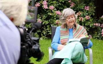 Heide Nullmeyer liest aus ihrer Autobiografie  vor der Kamera  VON NINA BAUCKE