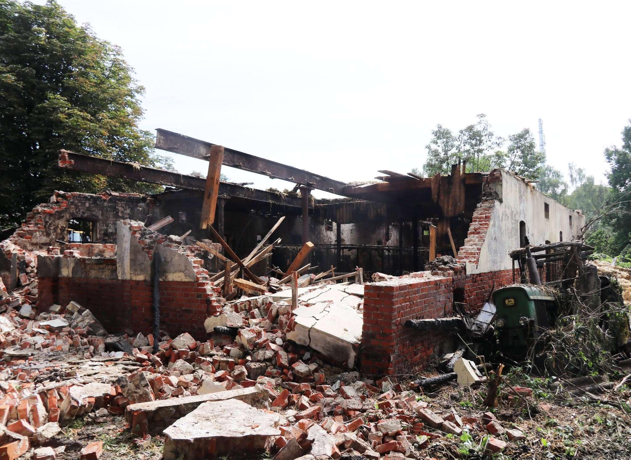 Nach dem Löschen zeigt sich, dass von dem Stall nur noch eine Ruine übrig ist.