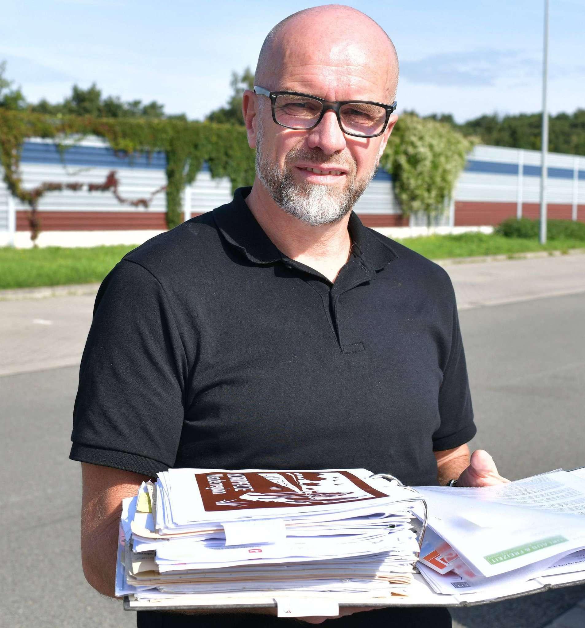 Ideen, Pläne, Anträge u2013 Udo Fischer wälzt den Ordner zum Thema Autobahnschilder.