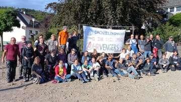 Unsere Autorin Antje HolstenKörner unterstützt mit den Dachzeltnomaden Flutopfer