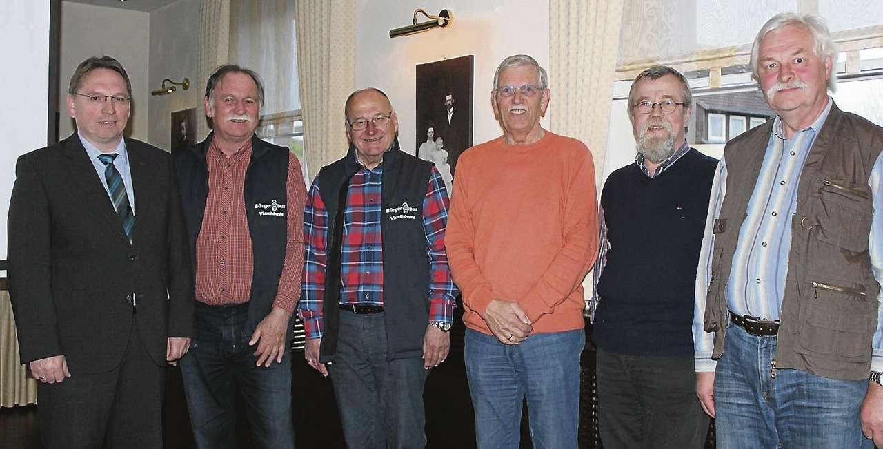 Manfred Stein (von links), Eckhard Langanke, Lothar Rauchfuß, Wolf Fischer, Dr. Heino Prigge und Volker Treichel bei der Bürgerbus-Mitgliederversammlung