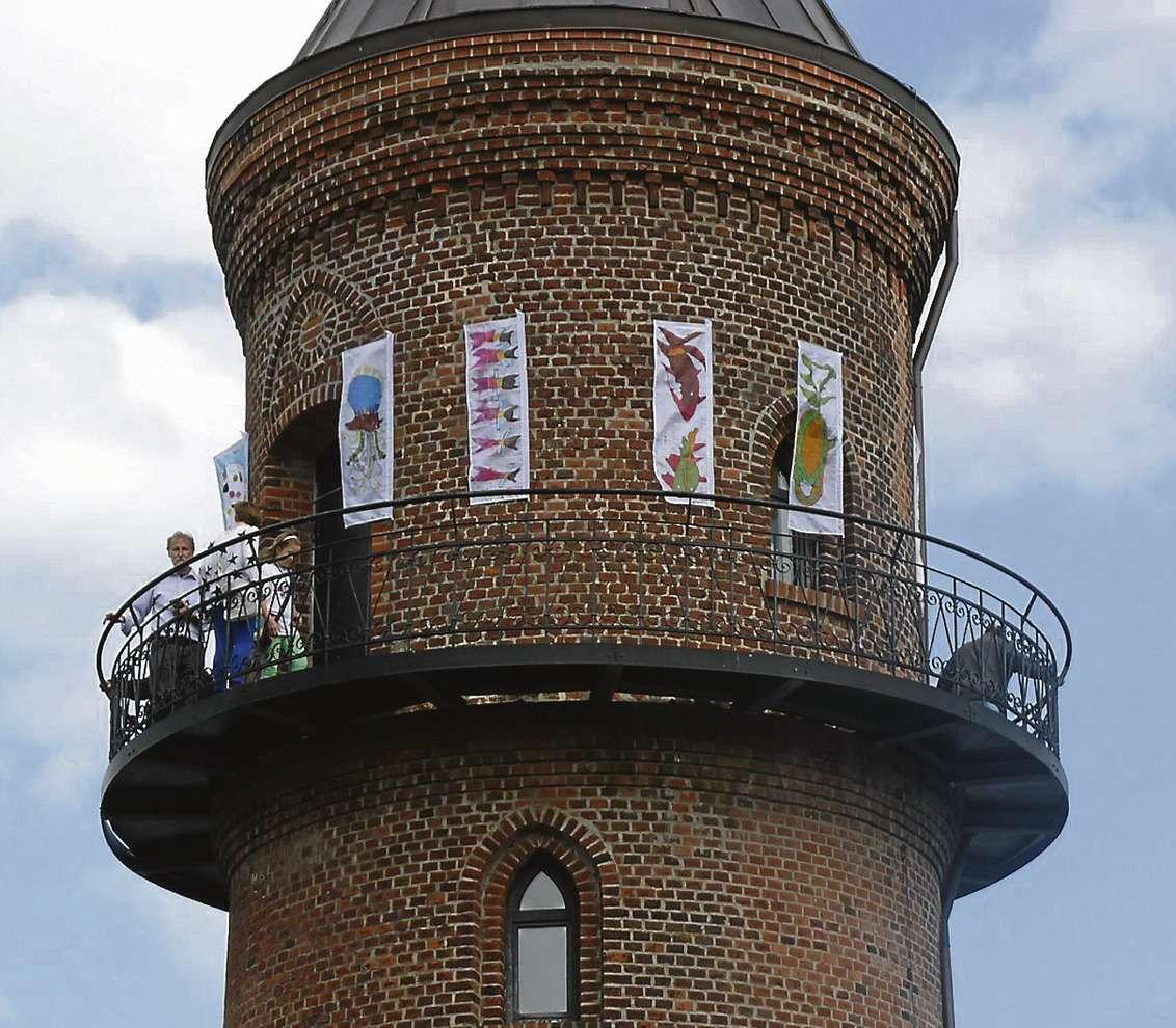 Auch ganz oben am Visselhöveder Wasserturm ist seit der Ausstellungseröffnung Kunst der Bildnerischen Werkstatt zu sehen.