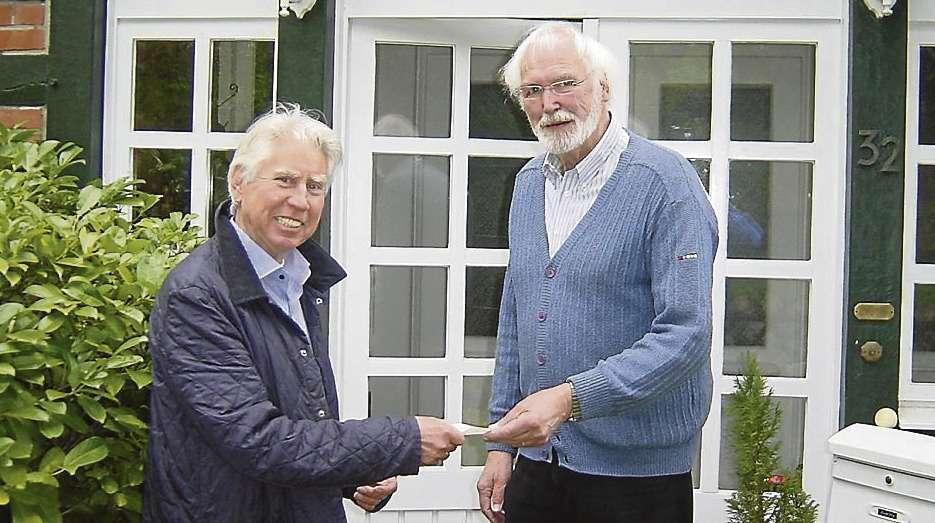 Fritz Strunk (links), Vorstandsmitglied des Ordens, überreichte dem Vorsitzenden der Marien-Stiftung Ahausen, Klaus Ostermann, die Spende.