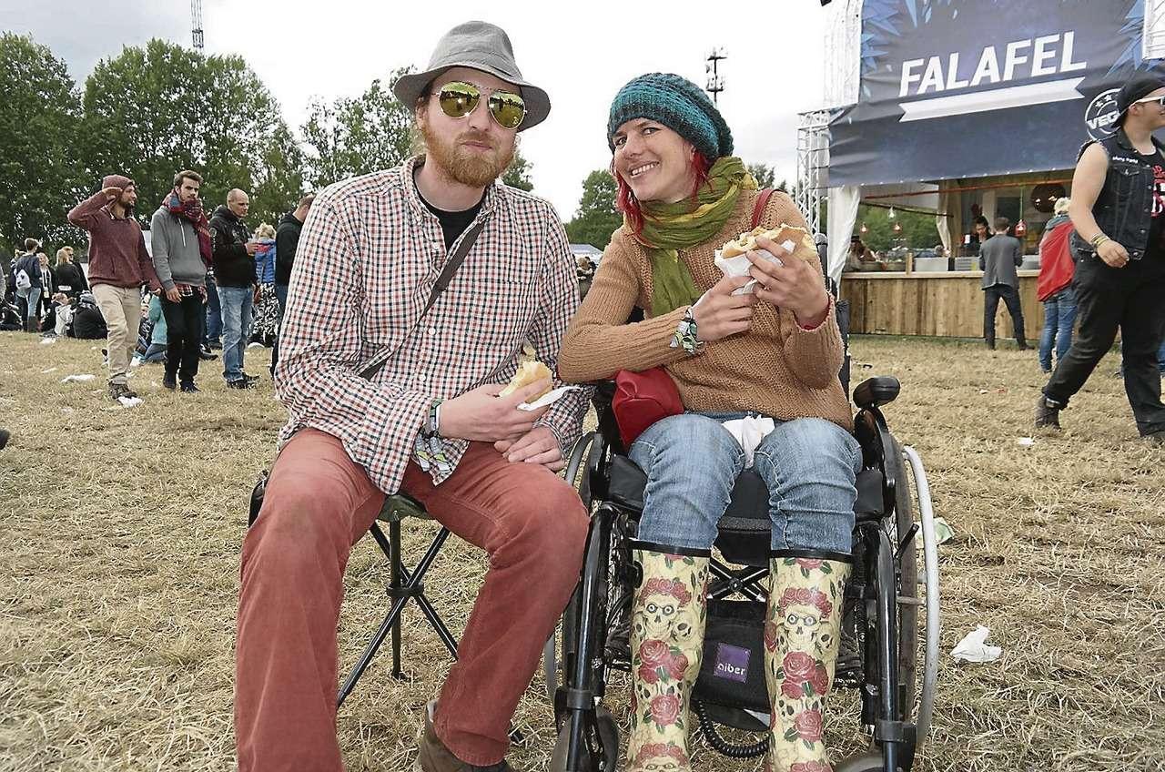 Johannis und Melanie sind erprobte Festivalgänger, seit Jahren reisen die beiden zusammen von Konzert zu Konzert. Dass Melanie seit drei Jahren im Rollstuhl sitzt, hält das Paar nicht vom gemeinsamen Hobby ab.