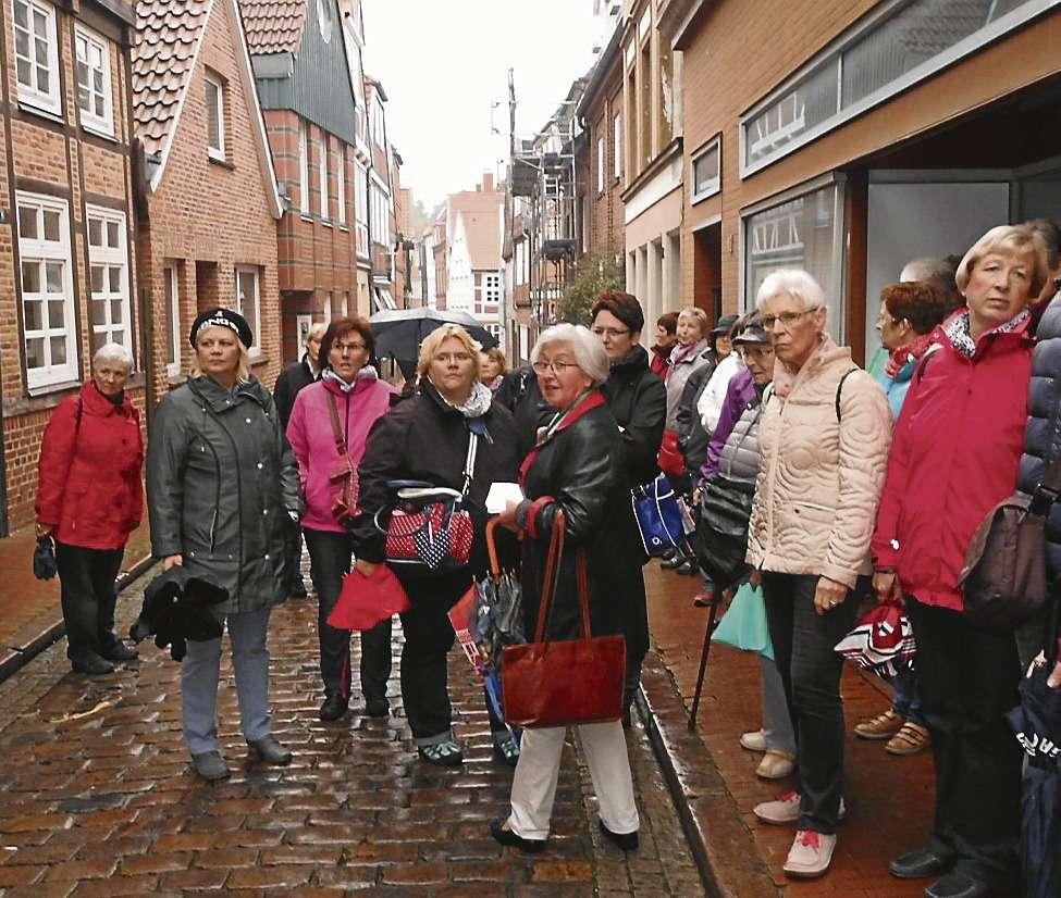 Die Landfrauen erkundeten unter fachkundiger Führung die Straßen der Stader Altstadt.