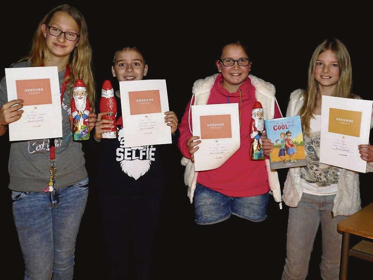 Die Gewinner des Vorlesewettbewerbs für Sechstklässler der Oberschule Visselhövede bewiesen vor großem Publikum Ruhe (von links): Natalie Lassen, David König, Lia Rößig und Ida Hayer.
