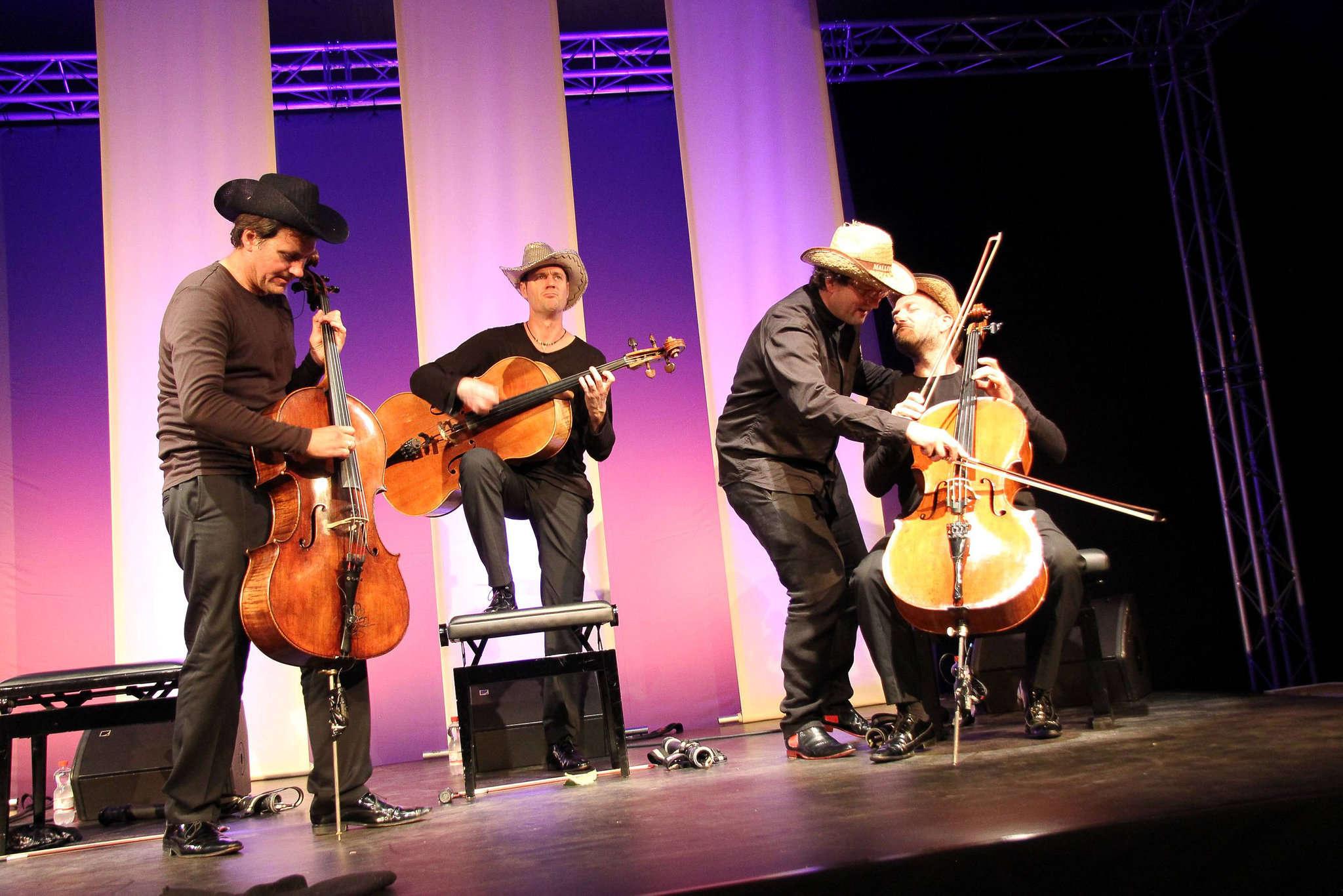 Cello zweckentfremdet? Keineswegs, Tim Ströble (von links), Matthias Trück, Lukas Dreyer und Hartwig Christ entlocken dem Klassiker neue Klänge. Foto: Nina Baucke