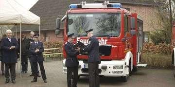 Ortsfeuerwehr Hiddingen nimmt neues Fahrzeug entgegen