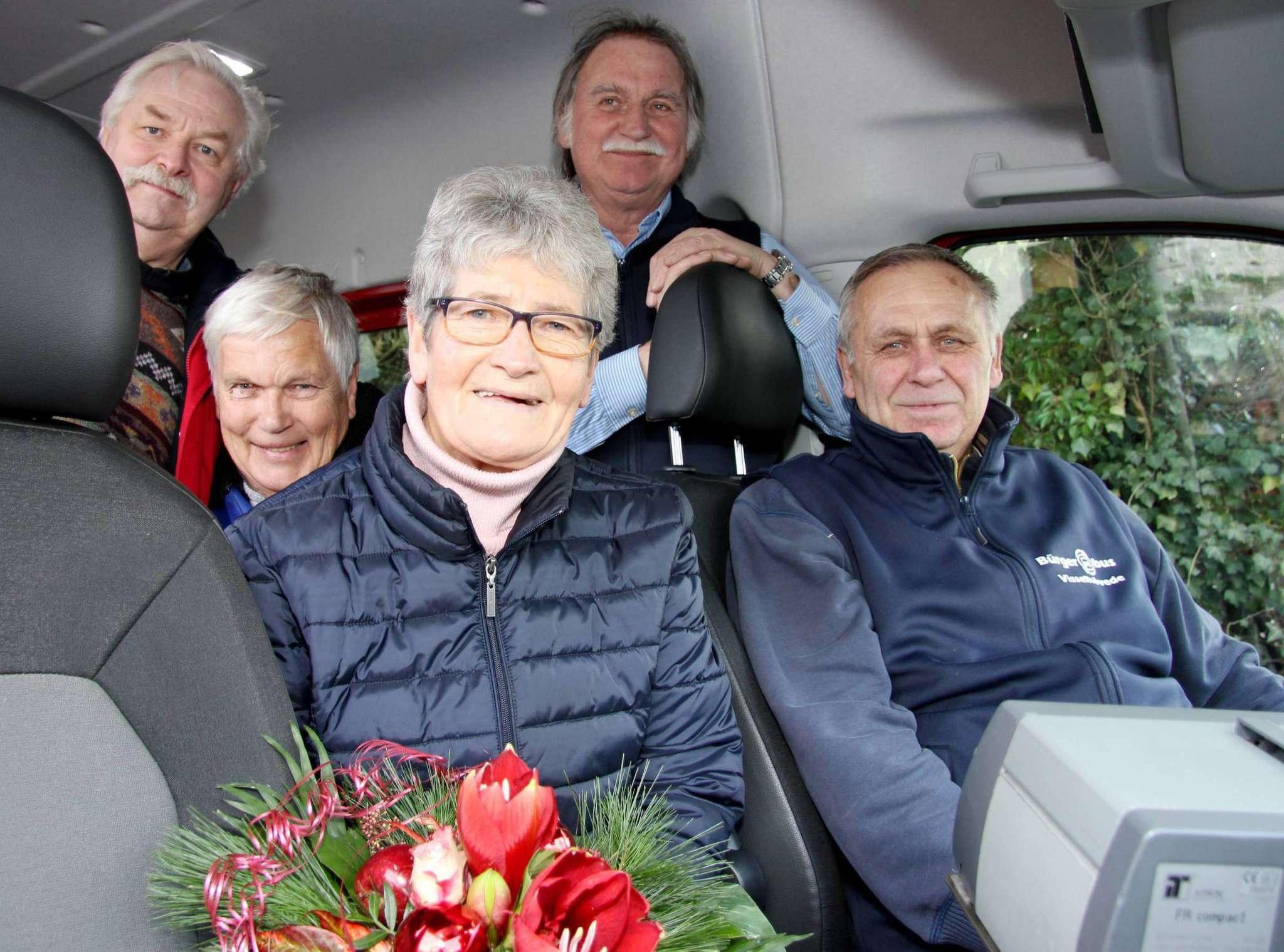 Volker Treiche (von links), Jürgen Wohlberg, Lina Jepsen und Eckhard Langanke empfingen Dieter Jepsen nach dessen letzter Fahrt. Foto: Nina Baucke