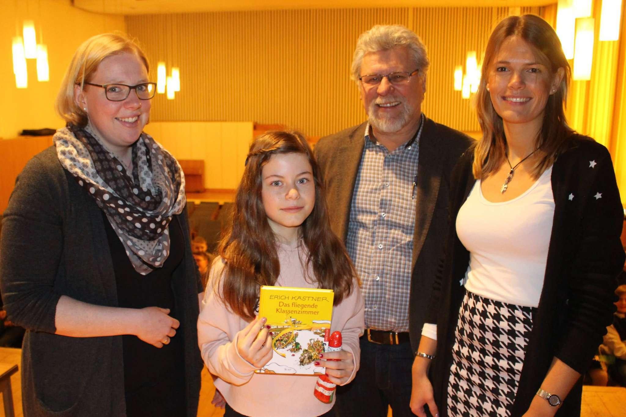Franziska Diercks (links) sowie Janika Hogrefe (von rechts) und Schulleiter Gerard Dyck gratulierten der Siegerin Lina Michaelis. Foto: Henning Leeske