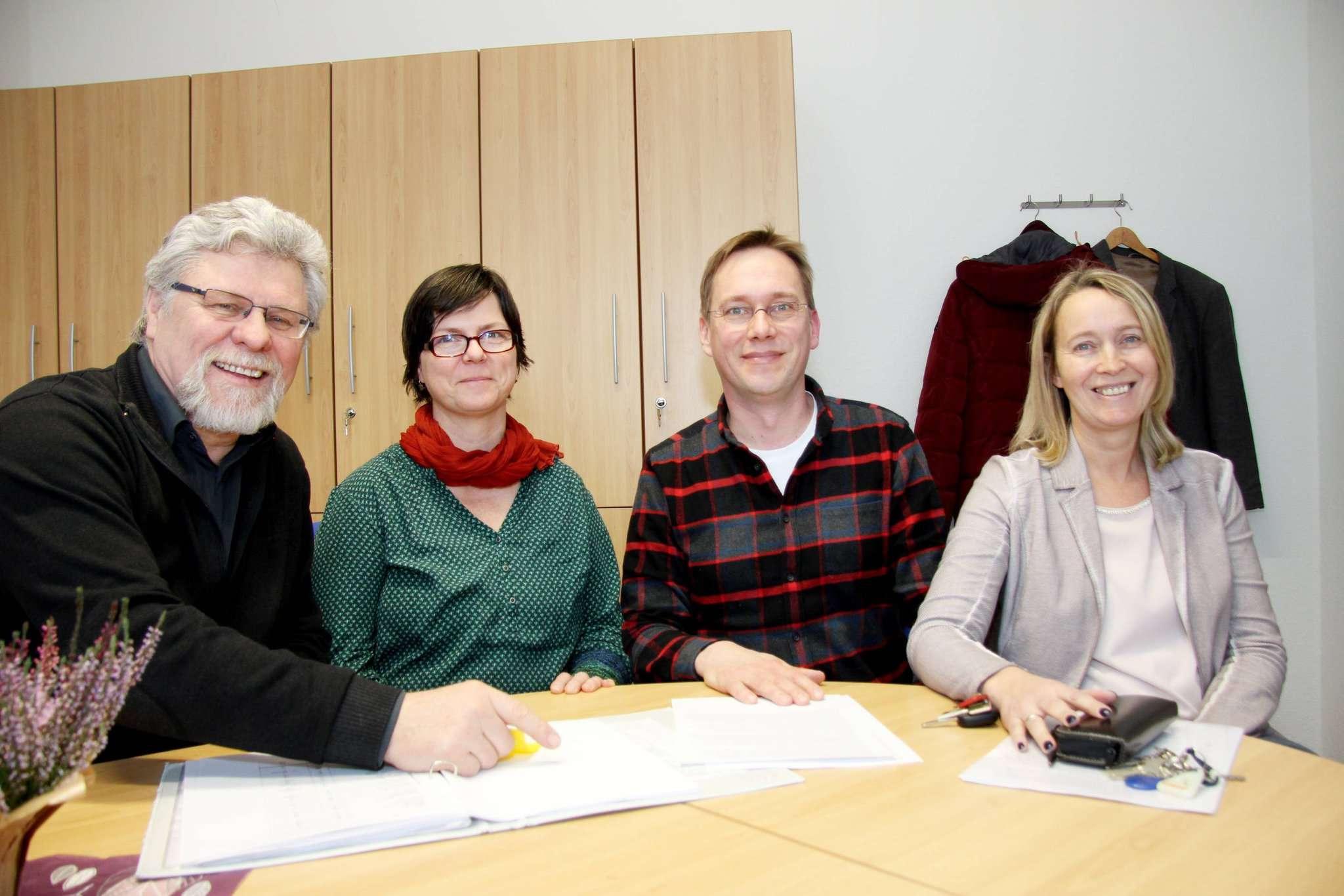 Gerard-Otto Dyck (von links), Astrid Enger, Martin Pape und Sonja Bartels von der Oberschule Visselhövede setzen sich mit Härtefalleingaben für den Verbleib einer serbischen Großfamilie ein. Foto: Nina Baucke