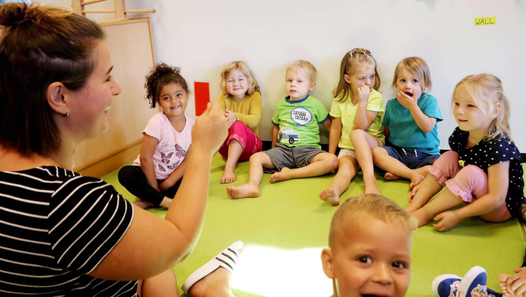 Welcher Tag ist heute? Alena Lühmann stellt ihre kleinen Schützlinge auf die Probe. Foto: Nina Baucke