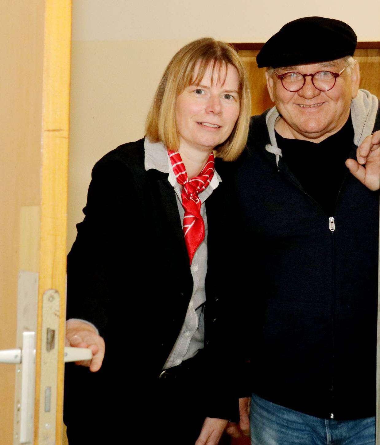 Zwischen dem 1. und 24. Dezember öffnen sich im Artoutlet auf dem Gewerbecampus die Türen zu den einzelnen Ateliers. Gerit Tamke-Heinrich und Willi Reichert machen schon einmal einen Probedurchgang. Foto: Nina Baucke