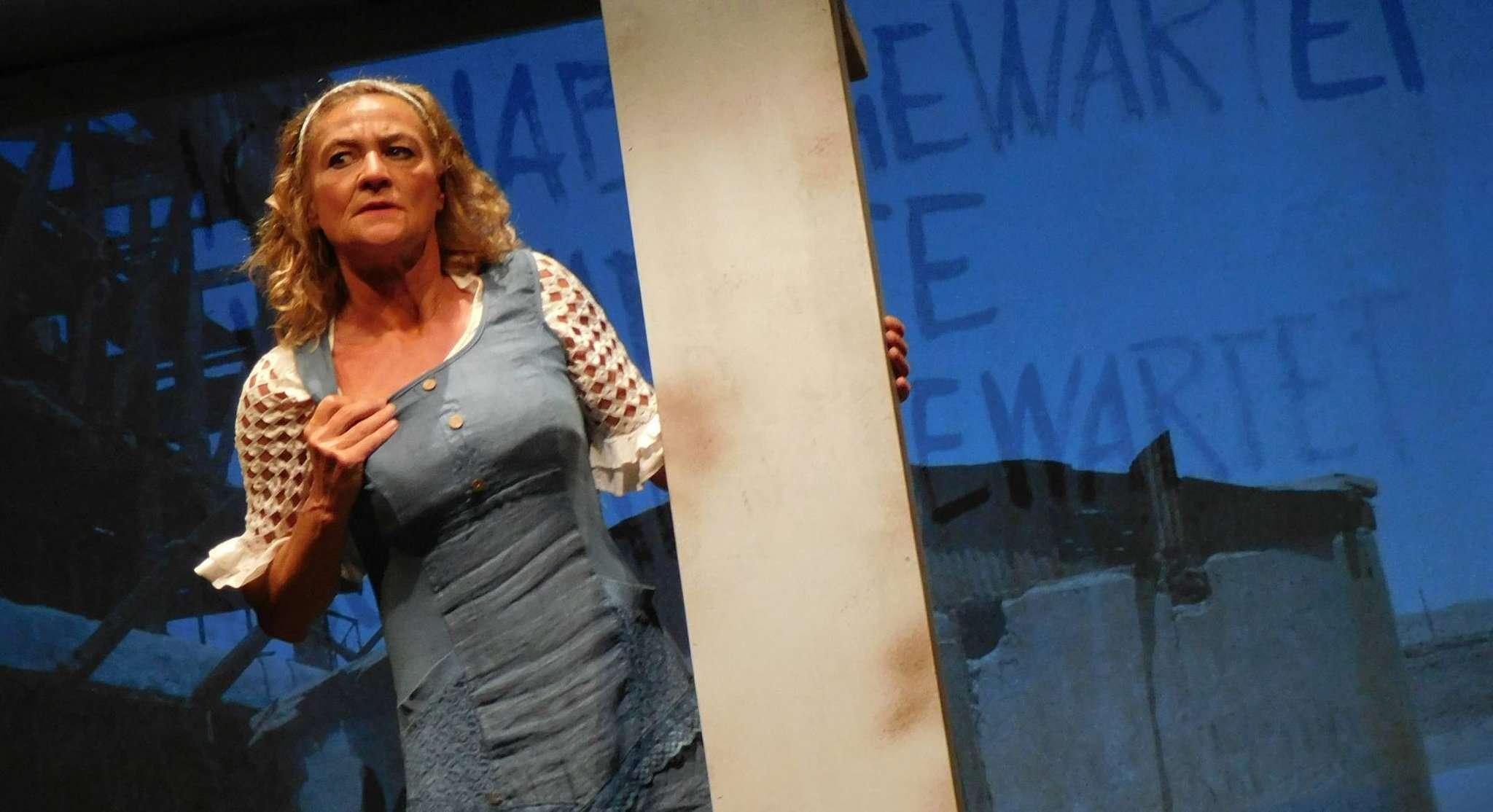 Margot (Karin Schroeder) ahnt langsam, dass es mit dem Provinznest, in das es sie verschlagen hat, etwas Merkwürdiges auf sich hat. Fotos: Jens Lou00ebs