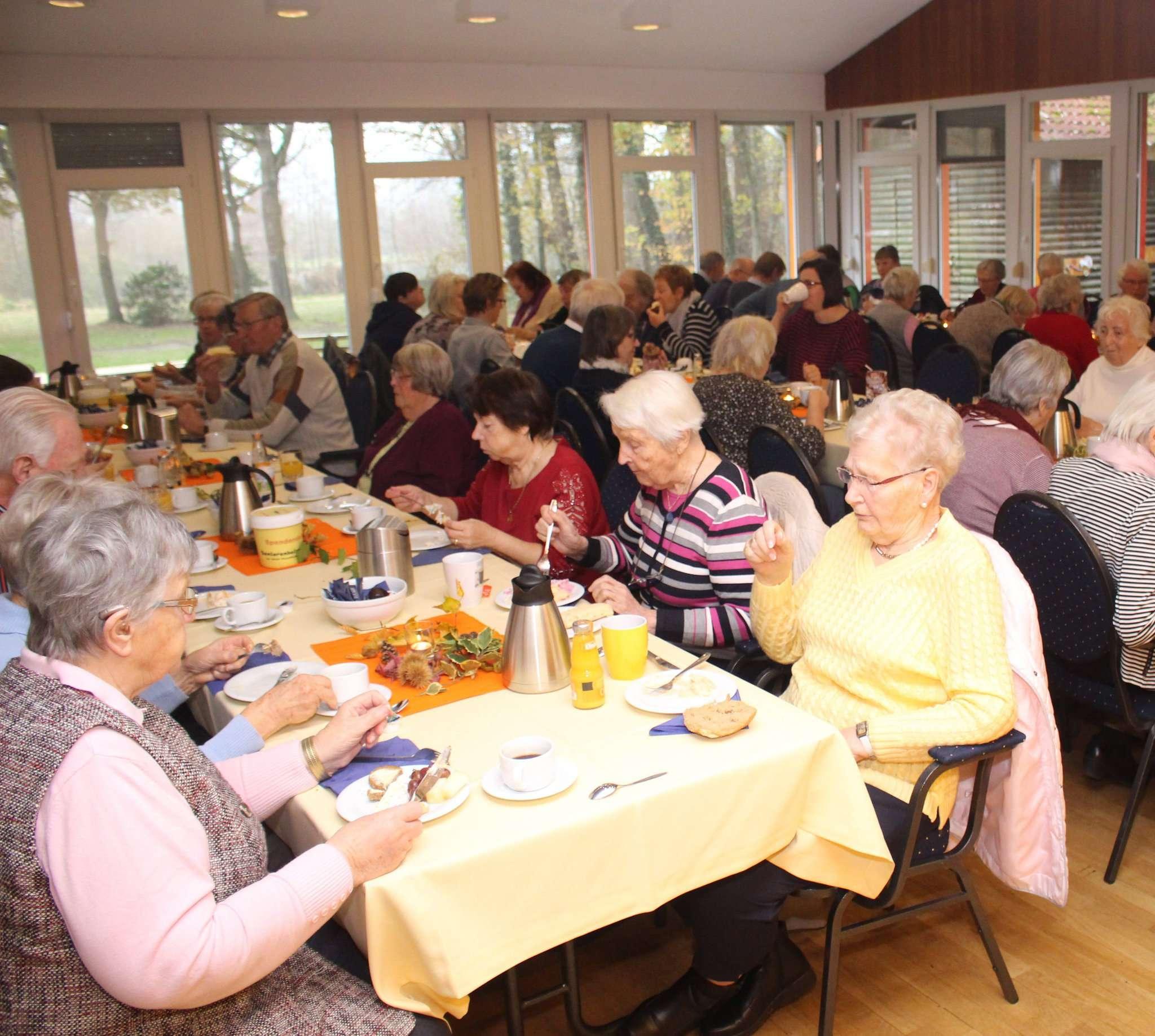 Etwa 70 Teilnehmer genossen das Generationenfrühstück im Haus der Bildung. Foto: Henning Leeske