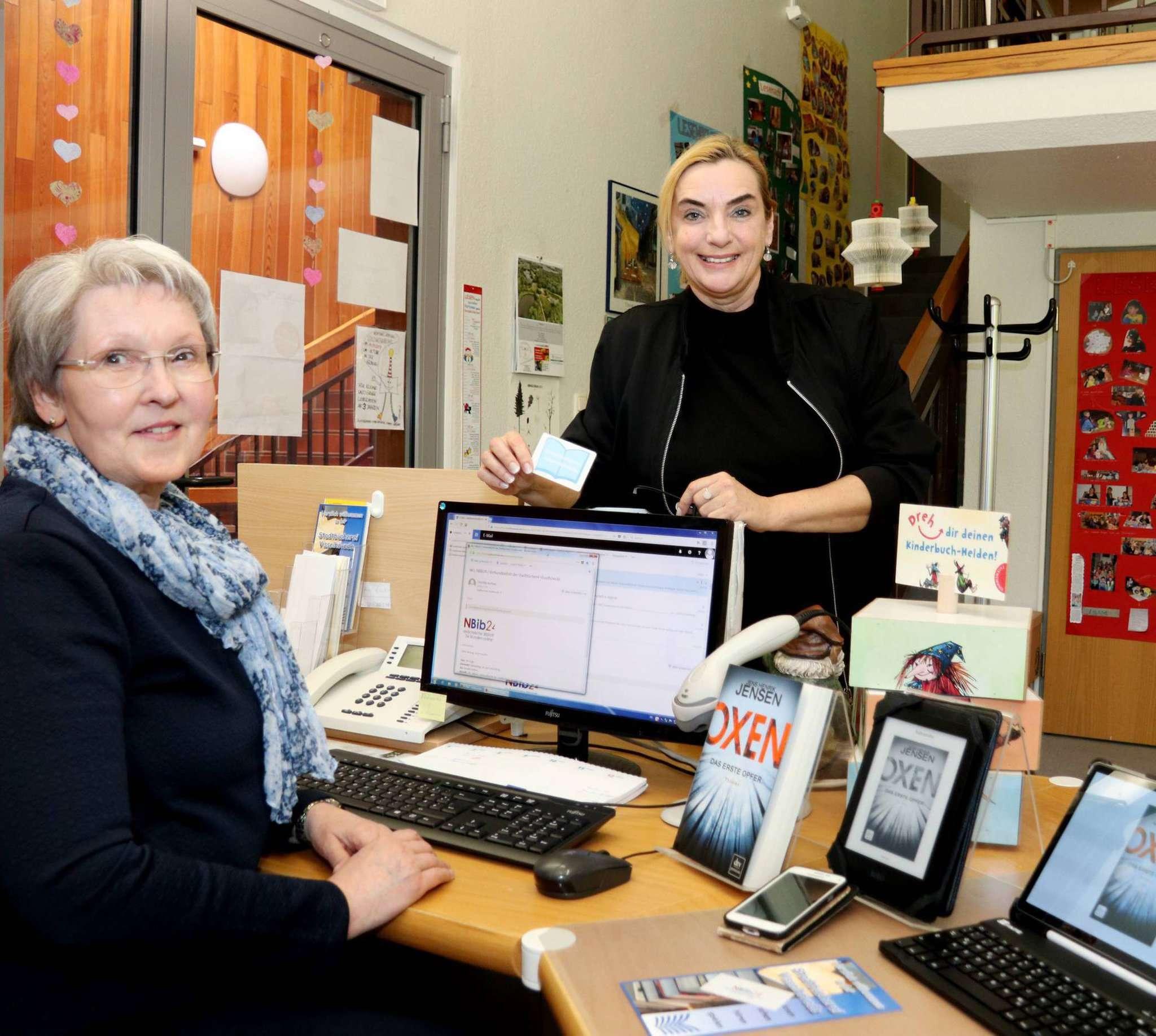 Sigrid Indorf (links) und Ute Grigo freuen sich darüber, dass sich das Angebot der Visselhöveder Stadtbücherei um einen großen Bereich erweitert. Foto: Nina Baucke