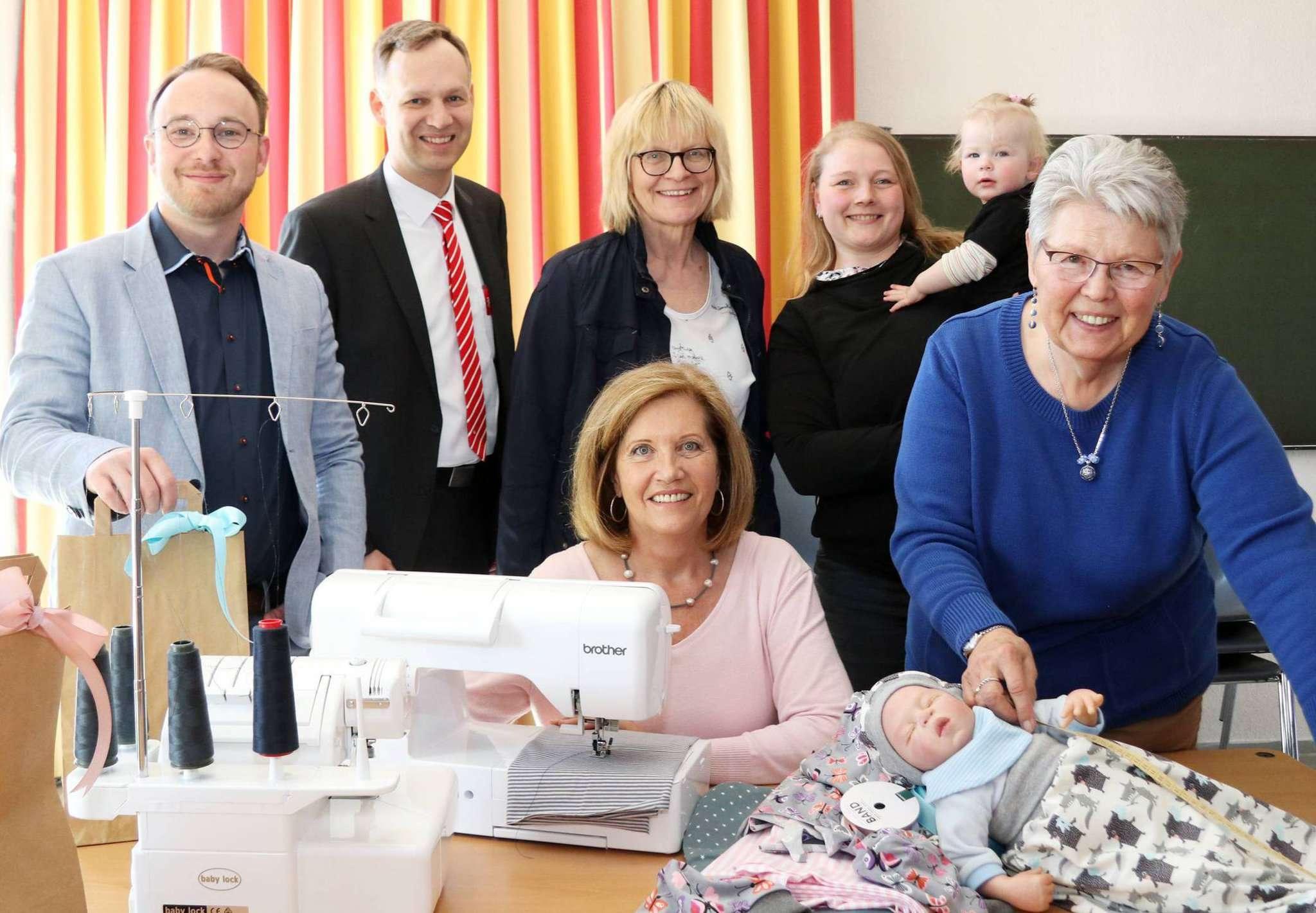 Christian Oddoy (stehend von links), Jens Gilberg und Susanne Armbrust unterstützen die Arbeit der Näherinnen Rena Gastmeier (mit Tochter Charlotte) und Karin Gruß sowie Doris Corr (sitzend). Foto: Nina Baucke