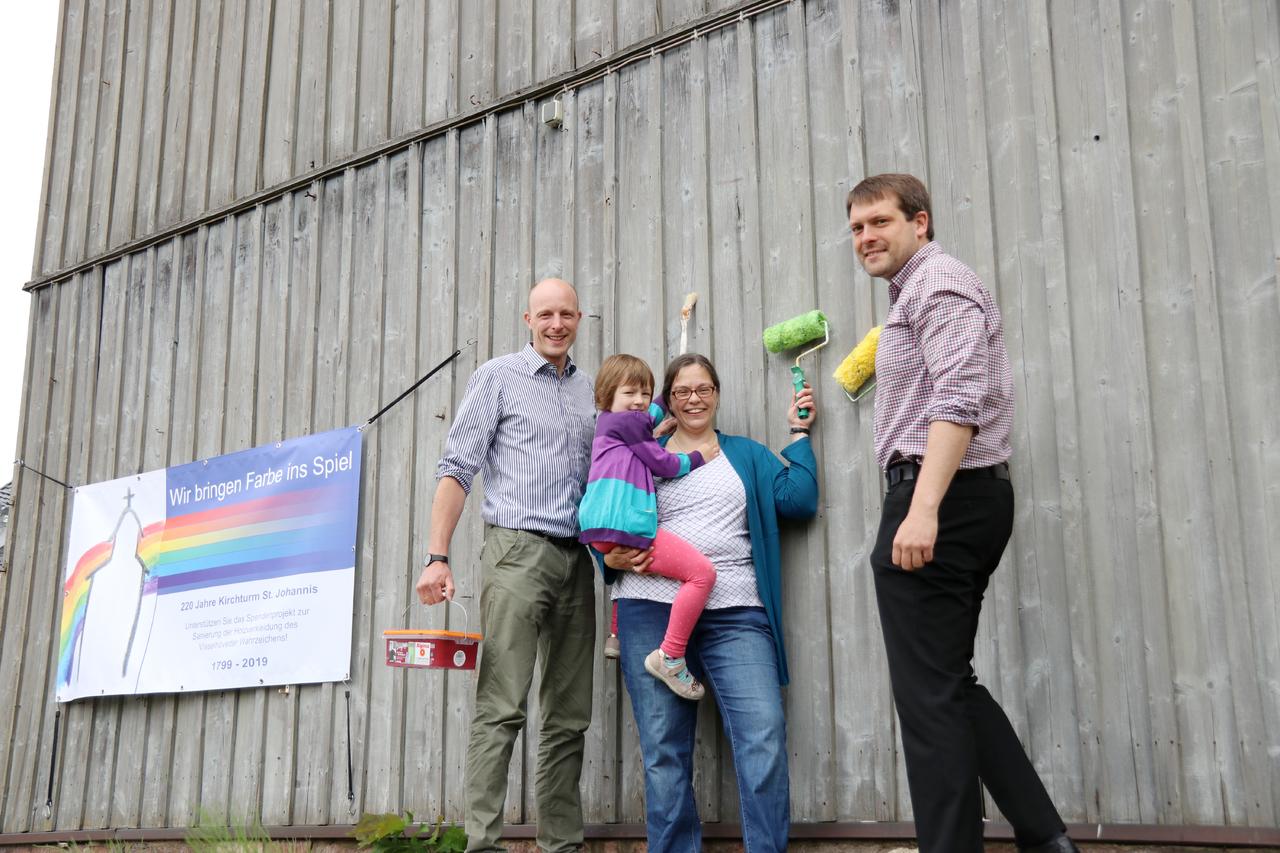 Hauke Pralle (von links), Karin Stöckmann mit Tochter Johanna und Florian Hemme hoffen auf viele Spenden für die Sanierung des Kirchturms. Foto: Nina Baucke