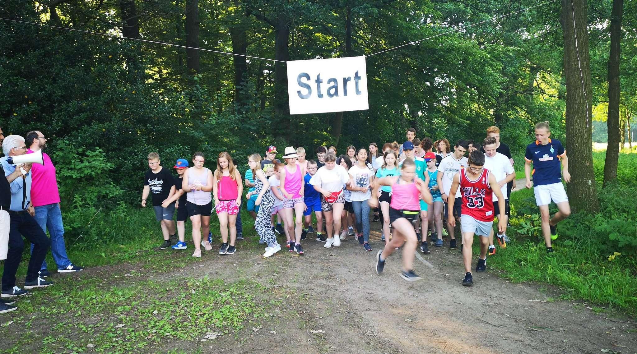 Insgesamt gingen in mehreren Gruppen am vergangenen Mittwoch rund 400 Schüler an den Start u2013 zum Lauf um den Visselsee.