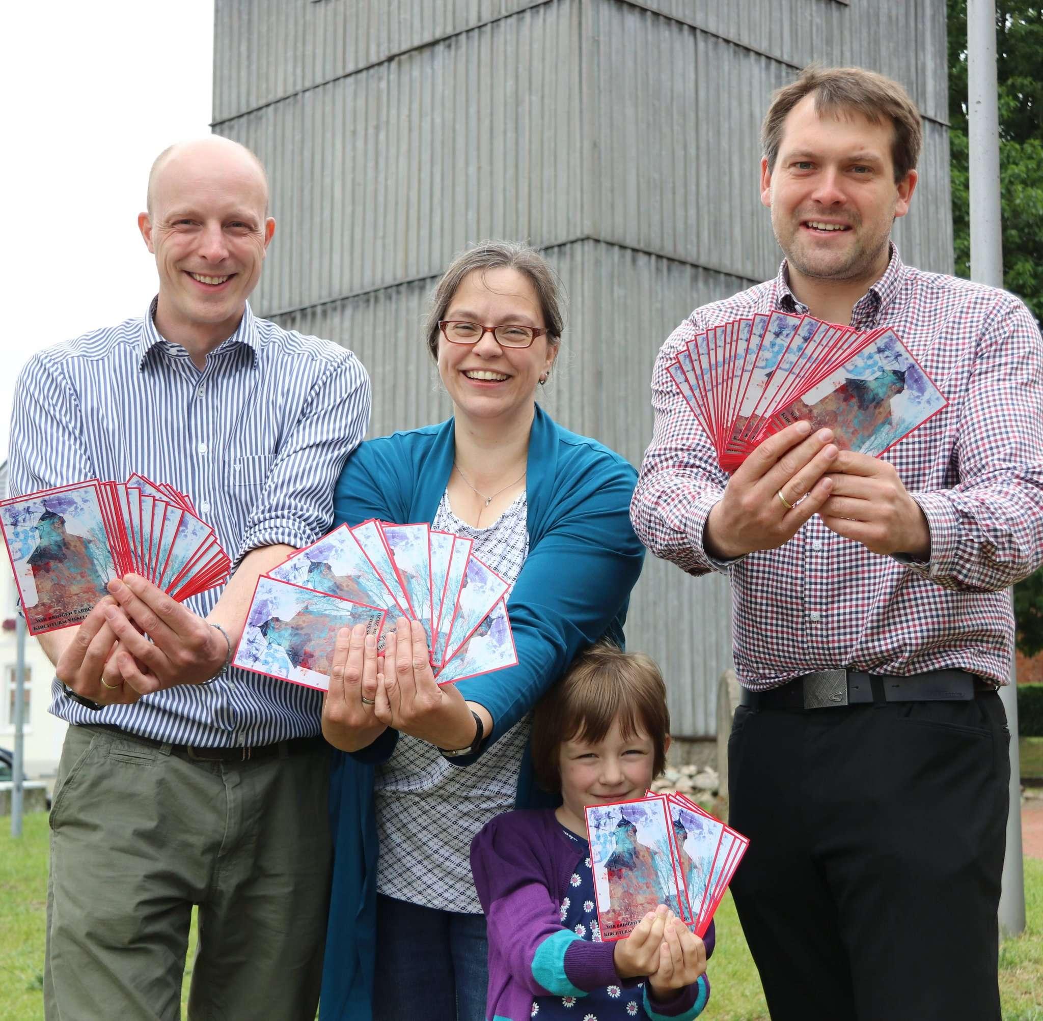 Noch gibt es die Postkarten, auf denen Hauke Pralle, Karin Stöckmann und ihre Tochter Johanna sowie Pastor Florian Hemme für Unterstützung werben. Foto: Nina Baucke