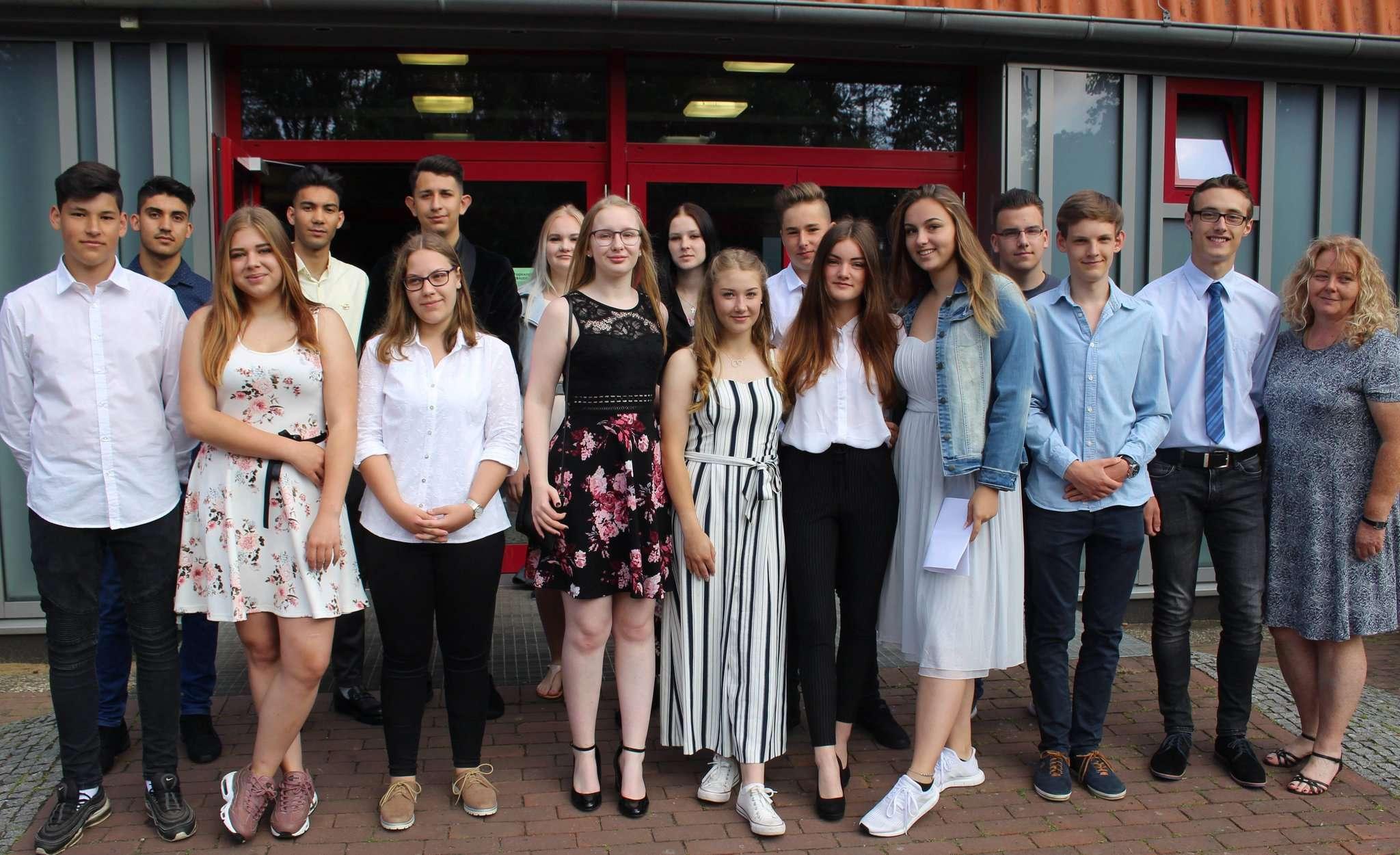 Für die Klasse 10c (unten von links) mit Lehrerin Elke Rottschäfer beginnt ein neuer Lebensabschnitt. Foto: Henning Leeske