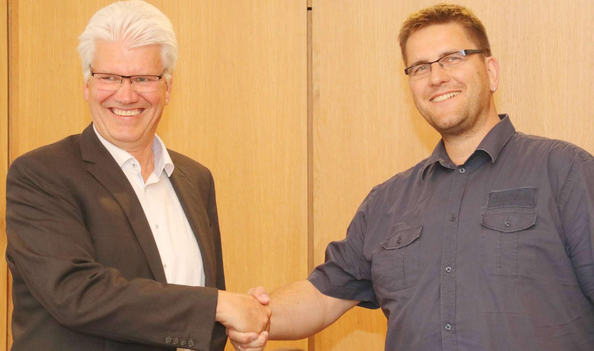 Ralf Goebel (links) vereidigte Dominik Oldenburg per Handschlag. Foto: Nina Baucke