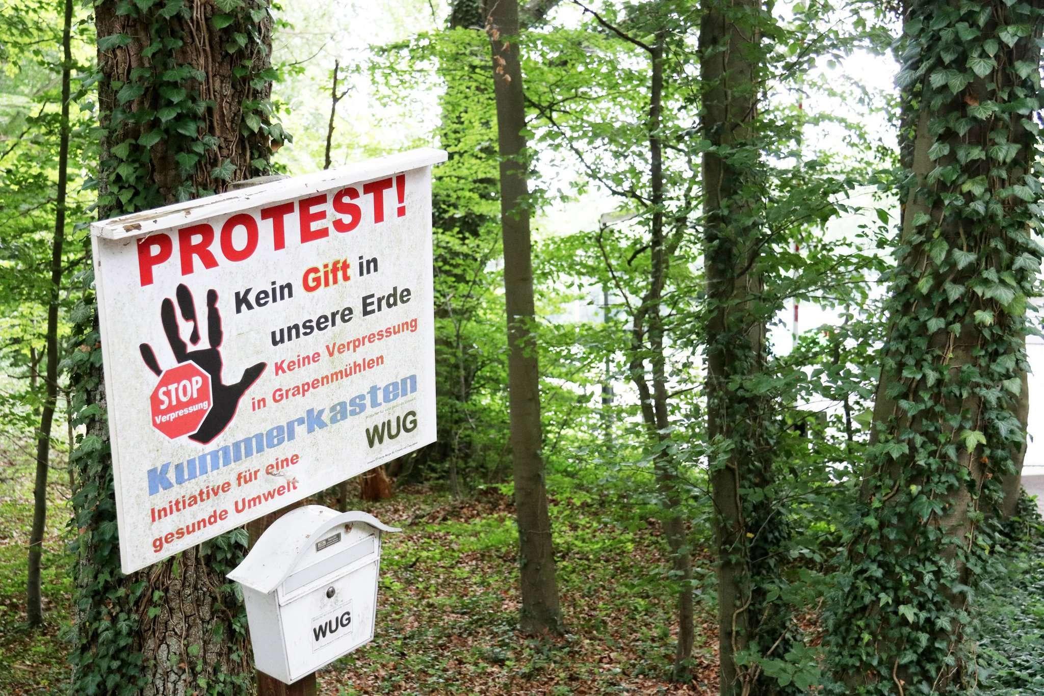 Seit langem protestiert die WUG mit einem Schild an der ehemaligen Verpressstelle u2013 und fordert nun ein Monitoring. Foto: Nina Baucke