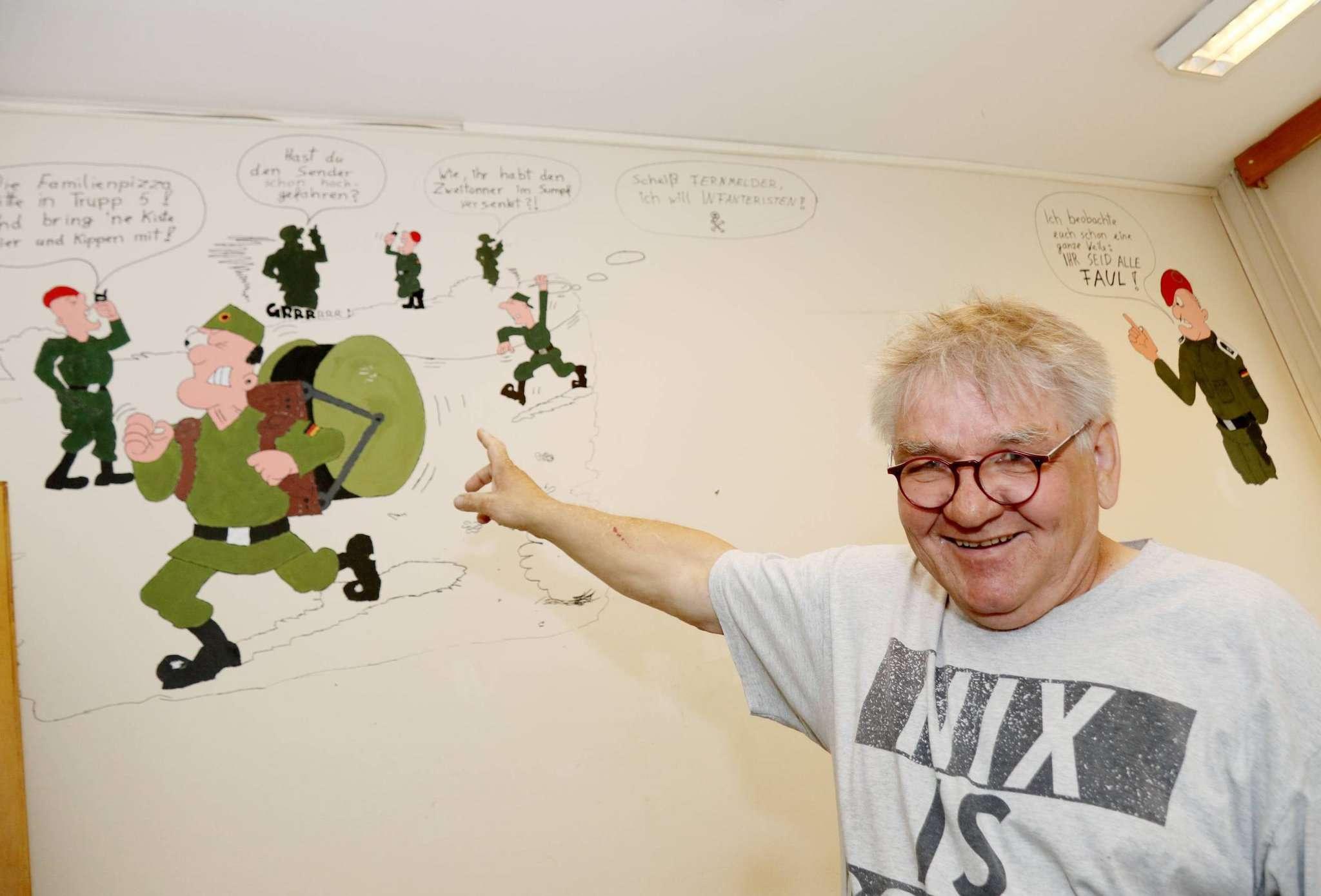 Willi Reichert hofft, durch die Crowdfunding-Aktion jemanden zu ermutigen, der sich mit der Kasernenvergangenheit des Gebäudes auseinandersetzt u2013 und vielleicht ein kleines Museum einrichtet, das auch die Wandmalereien in einen Kontext setzt. Foto: Nina Baucke