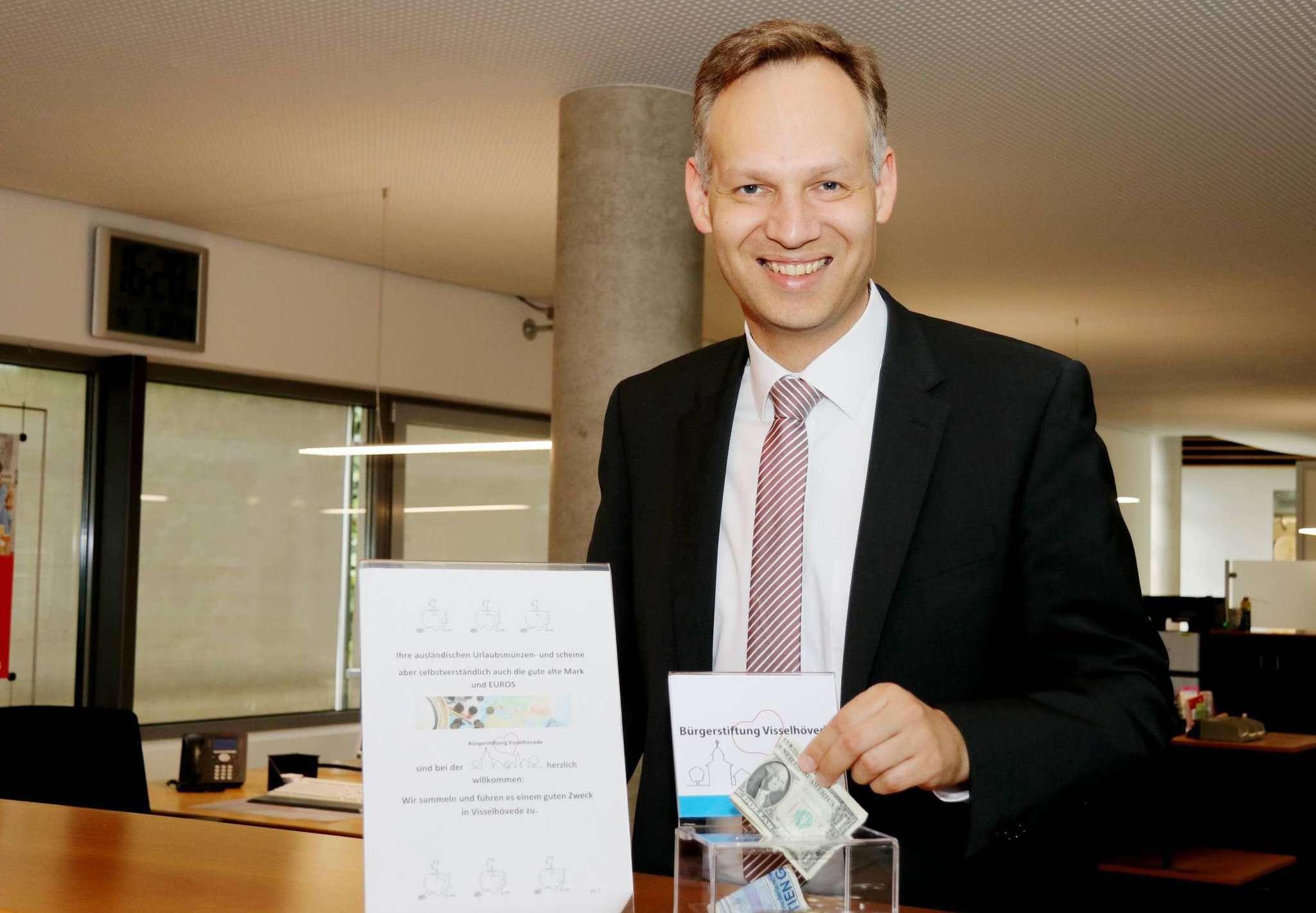 Jens Gilberg von der Bürgerstiftung hofft, dass Visselhöveder ihre Urlaubsreste in den neuen Spendenboxen hinterlassen. Foto: Nina Baucke