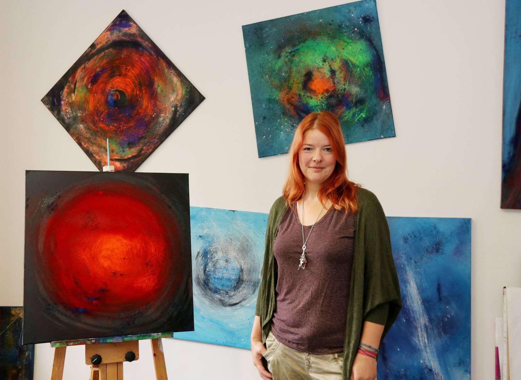 Claudia Acksteiner zeigt bei