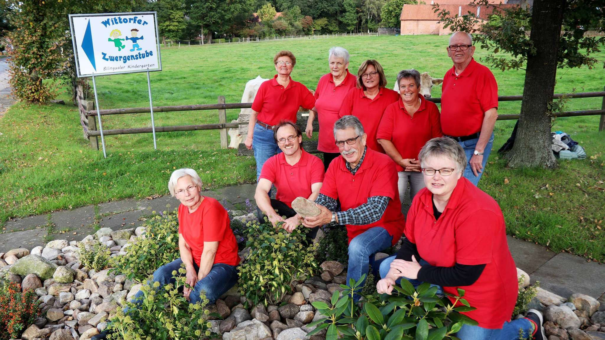 Angelika Kuhlke (von links), Else Lünsmann, Harald Voss, Ingrid Tatje, Alfred Bittner, Erika Bittner, Marion Dittmer, Kerstin Voss und Werner Lünsmann engagieren sich für den Ort. In diesem Jahr ging es um ein Blumenbeet und das Schild für die