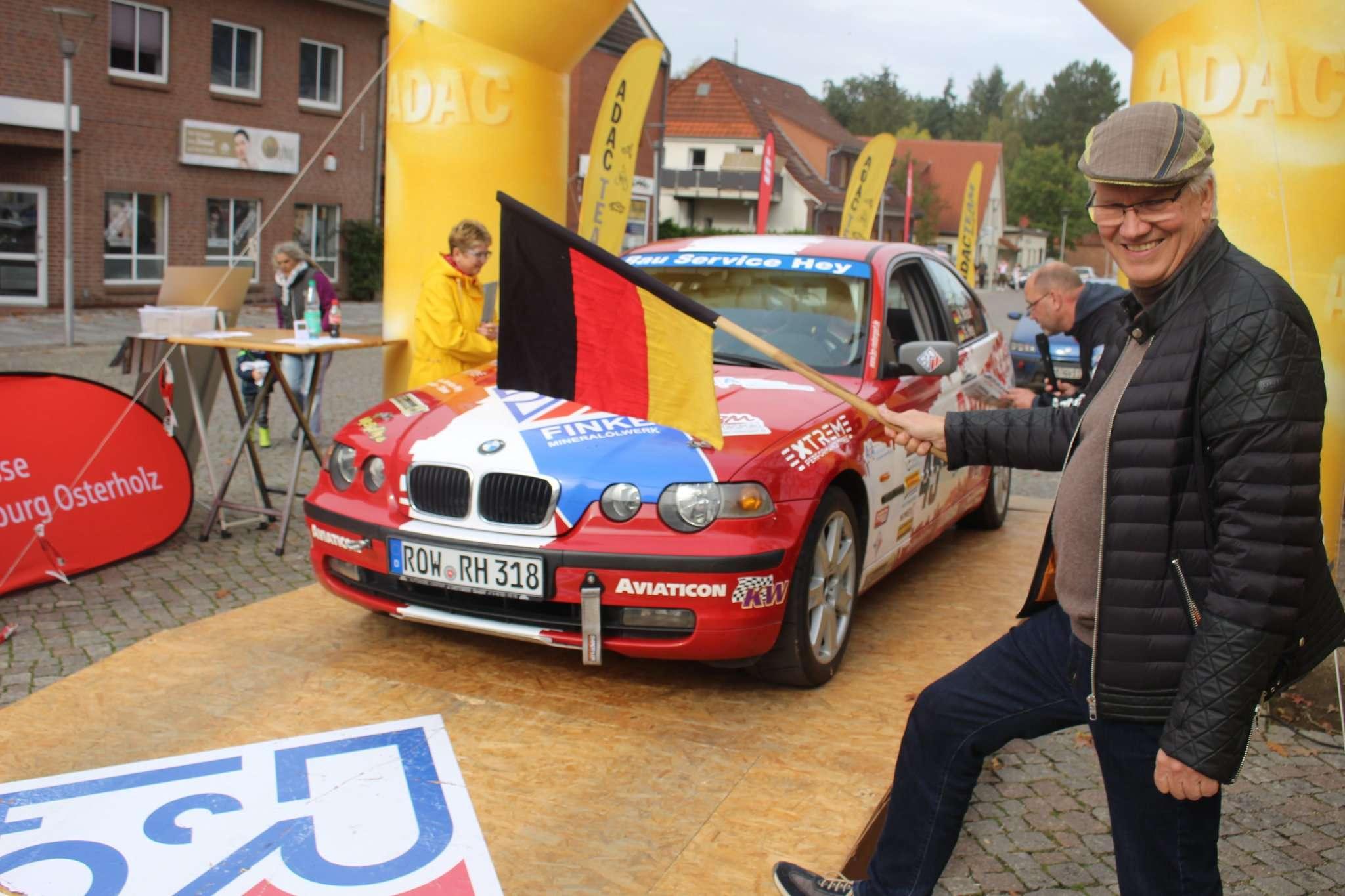 Bürgermeister Ralf Goebel schickte die ersten Starter vom Marktplatz aus per Wink mit einer Deutschlandfahne auf die Strecke. Fotos: Henning Leeske