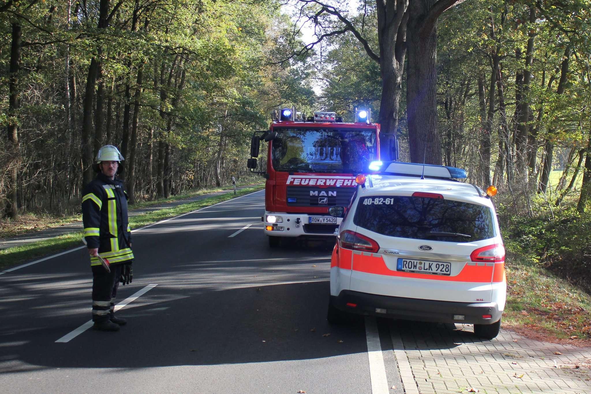 Ein Feuerwehrmann musste an der Straße den Verkehr regeln, um weitere Störungen zu vermeiden.