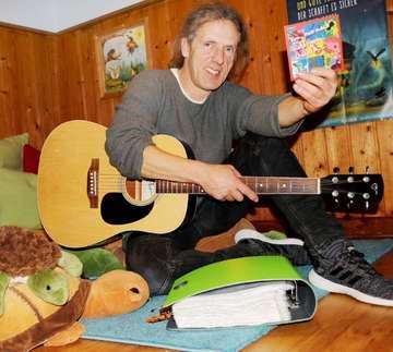 Tom Kirk freut sich über seine erste KinderliederCD  Von Nina Baucke