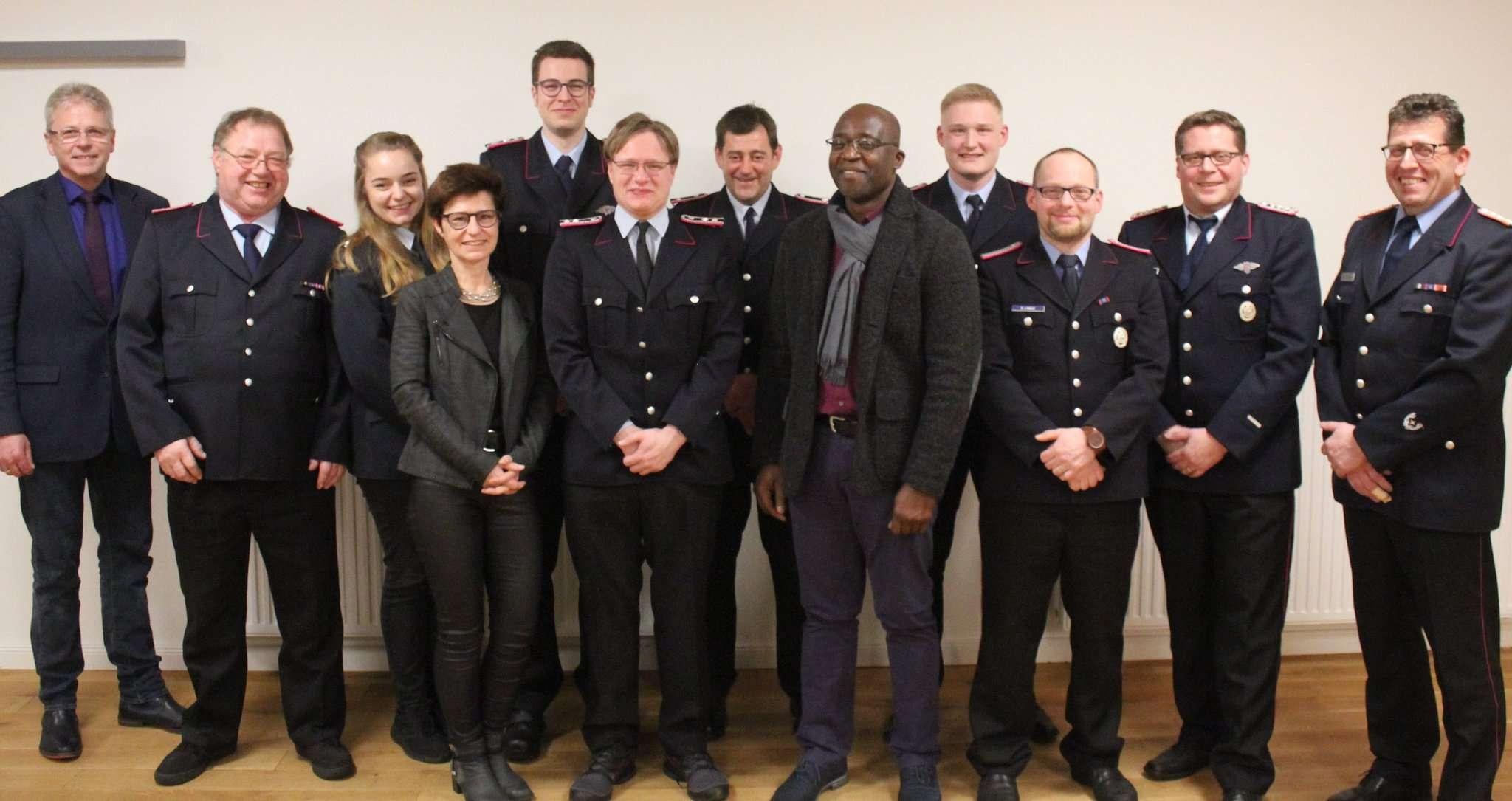Die Beförderten der Wittorfer Feuerwehr und ihre Gäste blickten auf das vergangene Jahr zurück.