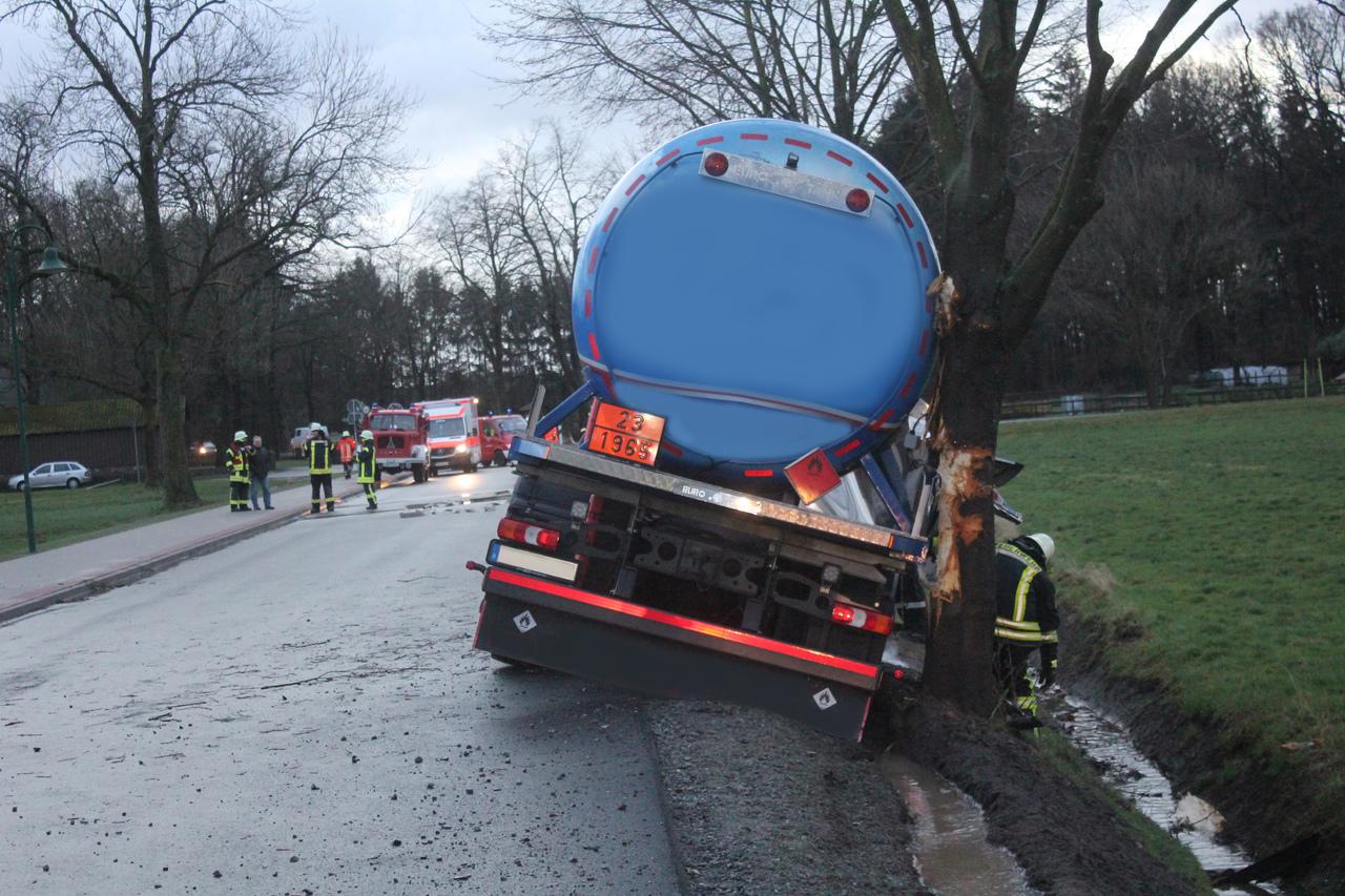 Eine Windböe hatte den Tanklastzug auf den Seitenstreifen gedrückt.