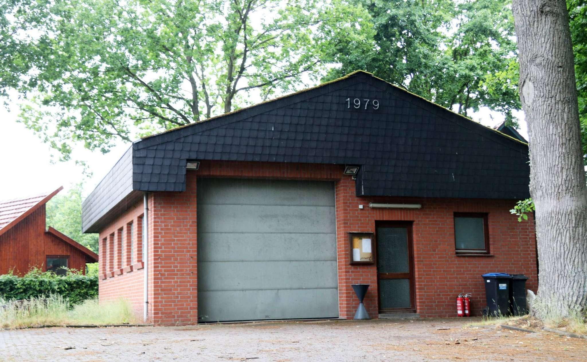 Das Feuerwehrhaus Buchholz: Links von dem Bestandsgebäude soll noch in diesem Jahr eine Fahrzeughalle entstehen. Foto: Nina Baucke